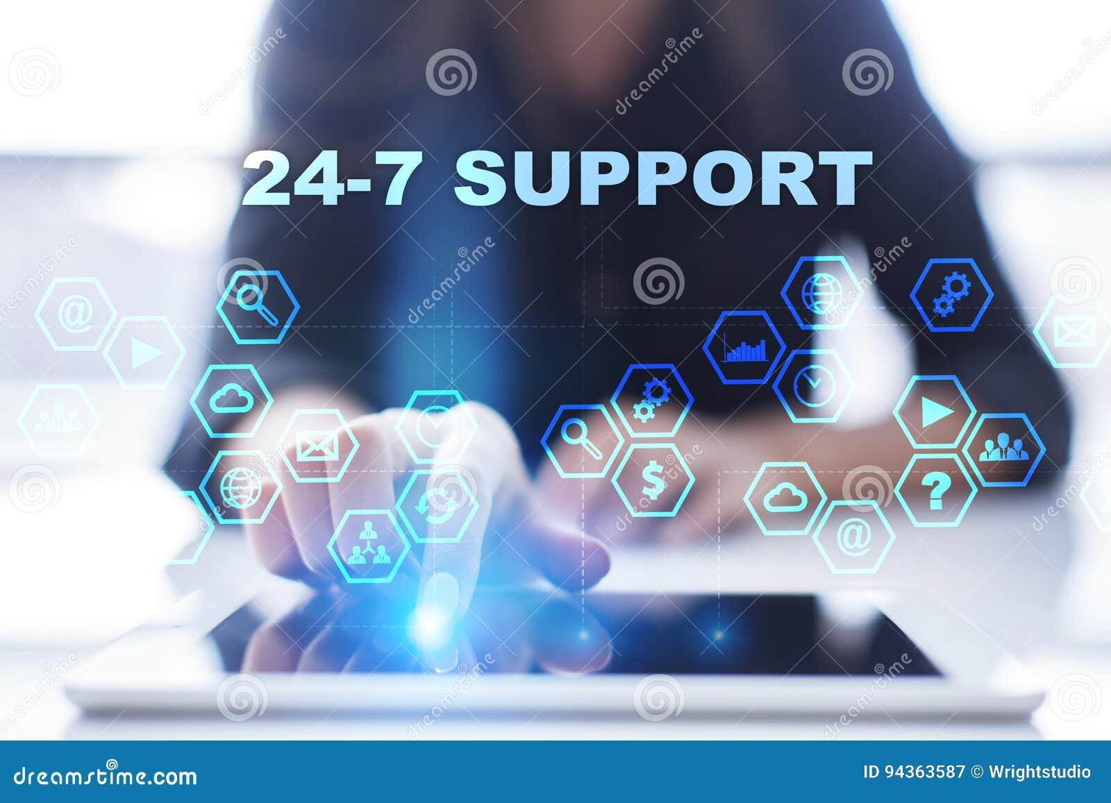 La femme utilise le PC de comprimé, presse sur l écran virtuel et sélectionne l appui 24-7