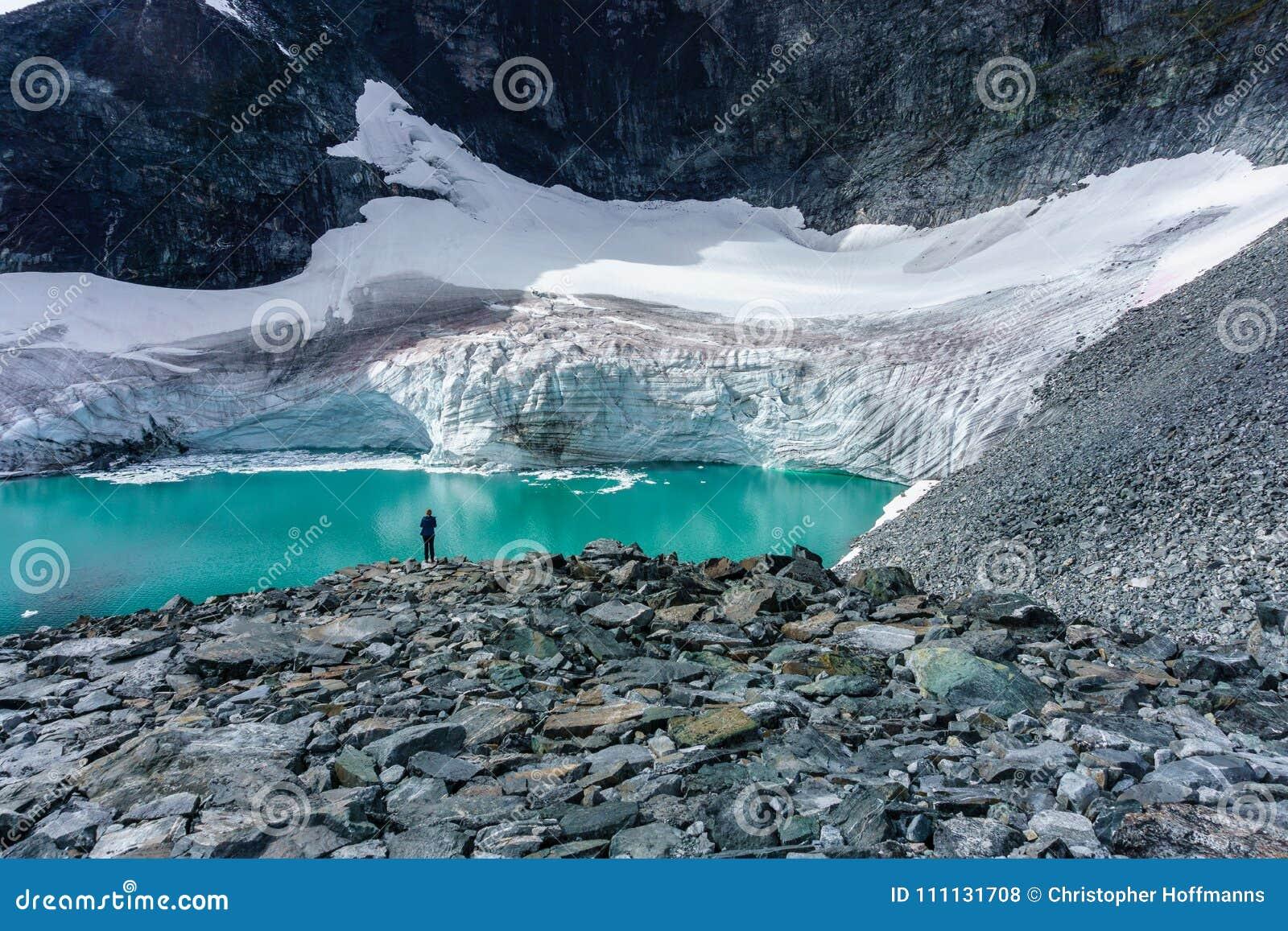 La femme voyageant dans le concept de mode de vie d aventure de la Norvège vacations glacier extérieur