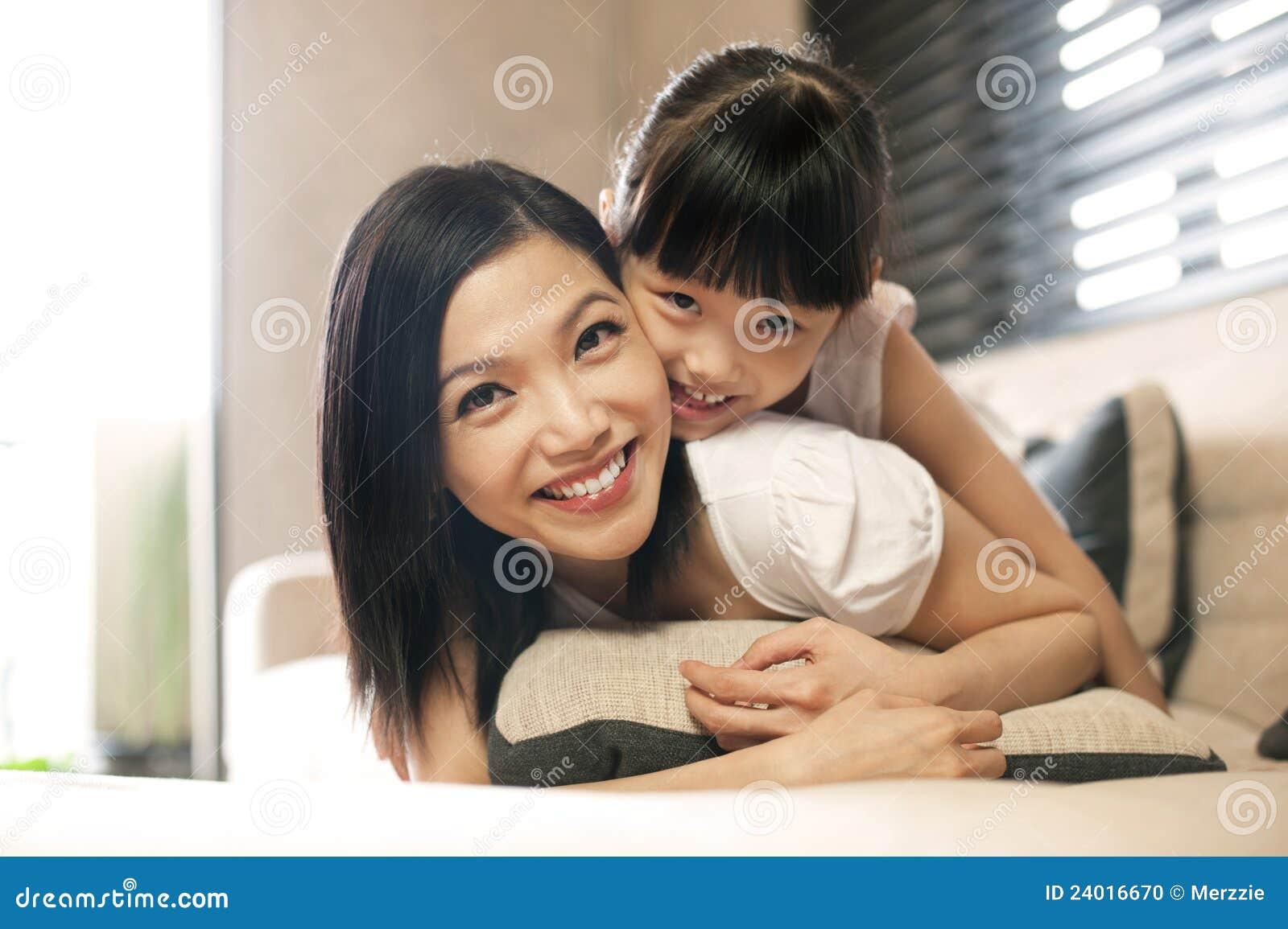 La figlia asiatica abbraccia la madre