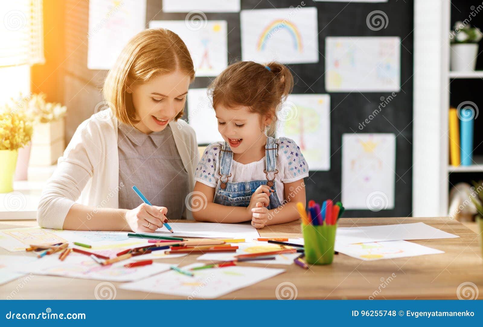 La figlia del bambino e della madre assorbe la creatività nell asilo