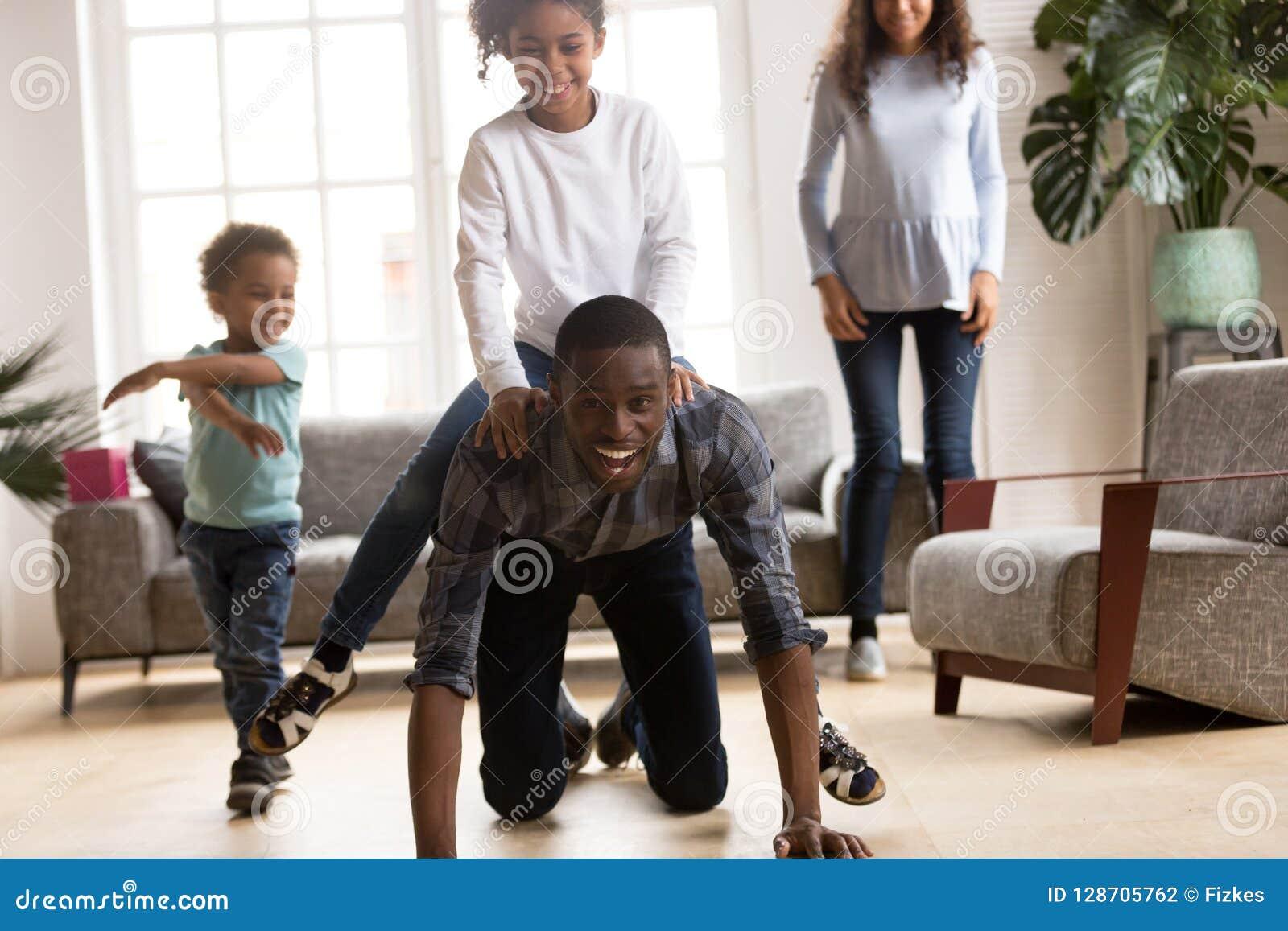 La figlia di giro del padre sulla sua parte posteriore ha un divertimento all interno