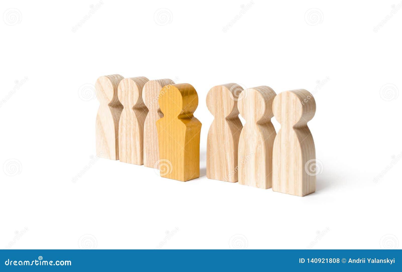 La figura de oro de un hombre sale de la línea de gente en un fondo aislado Talento, líder, profesional