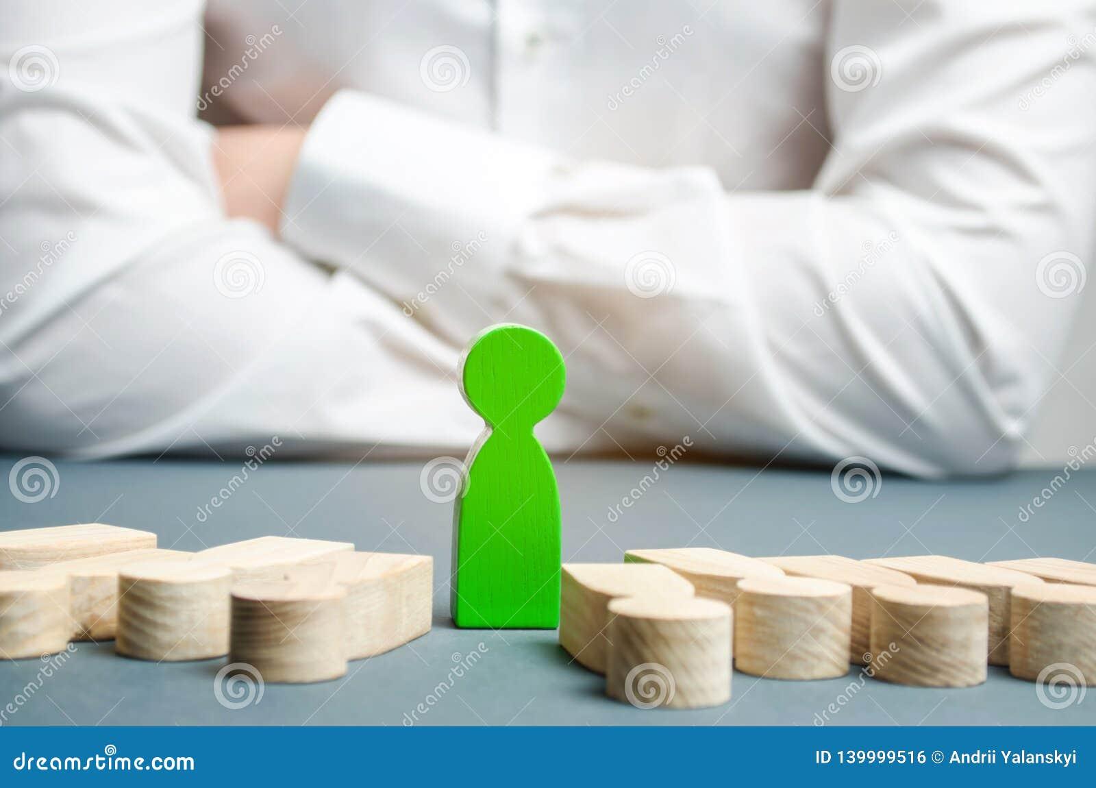 La figura verde de un hombre se coloca entre la gente de mentira Opción acertada El líder elige a la persona en el equipo