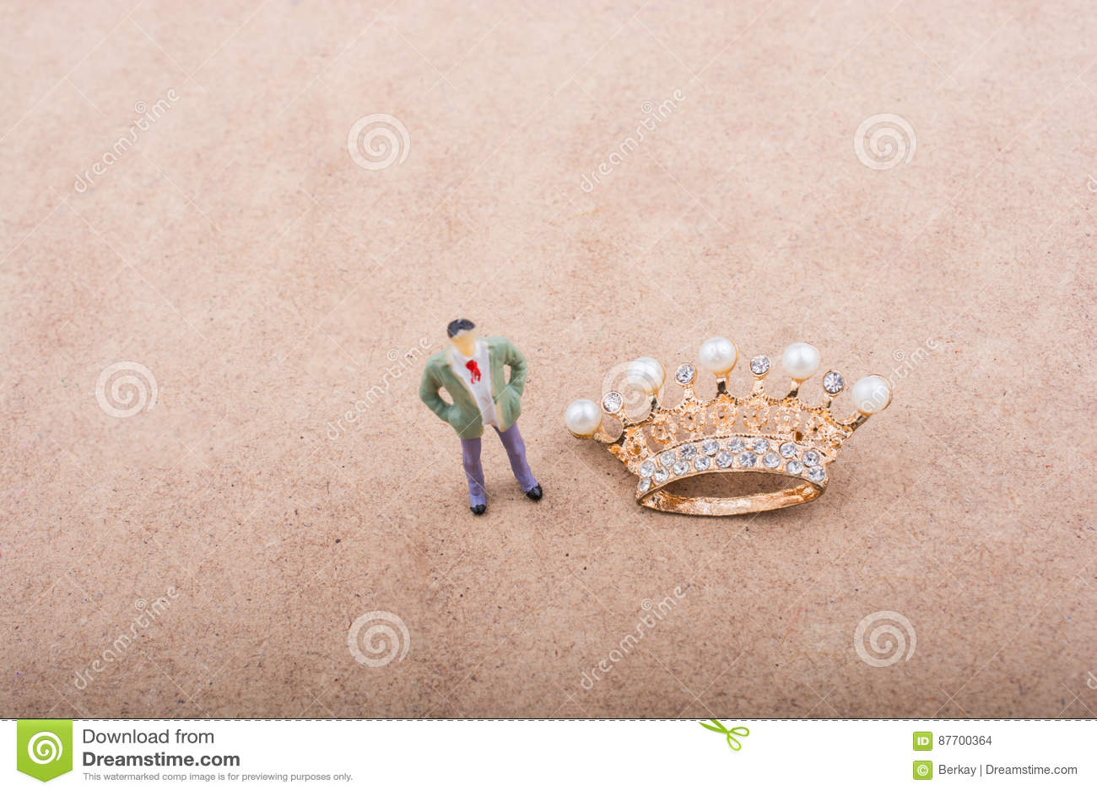 La figurine et la couleur d or couronnent le modèle avec de fausses perles