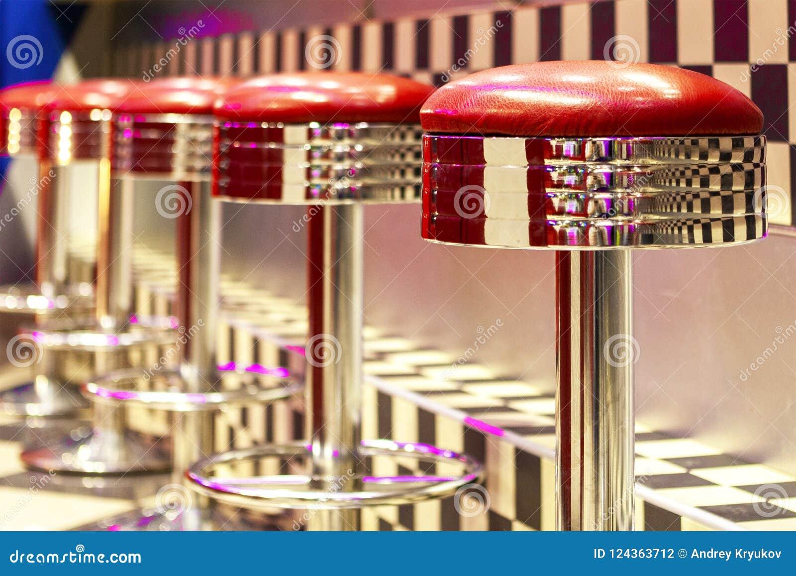 La fila d annata degli sgabelli da bar del metallo interno