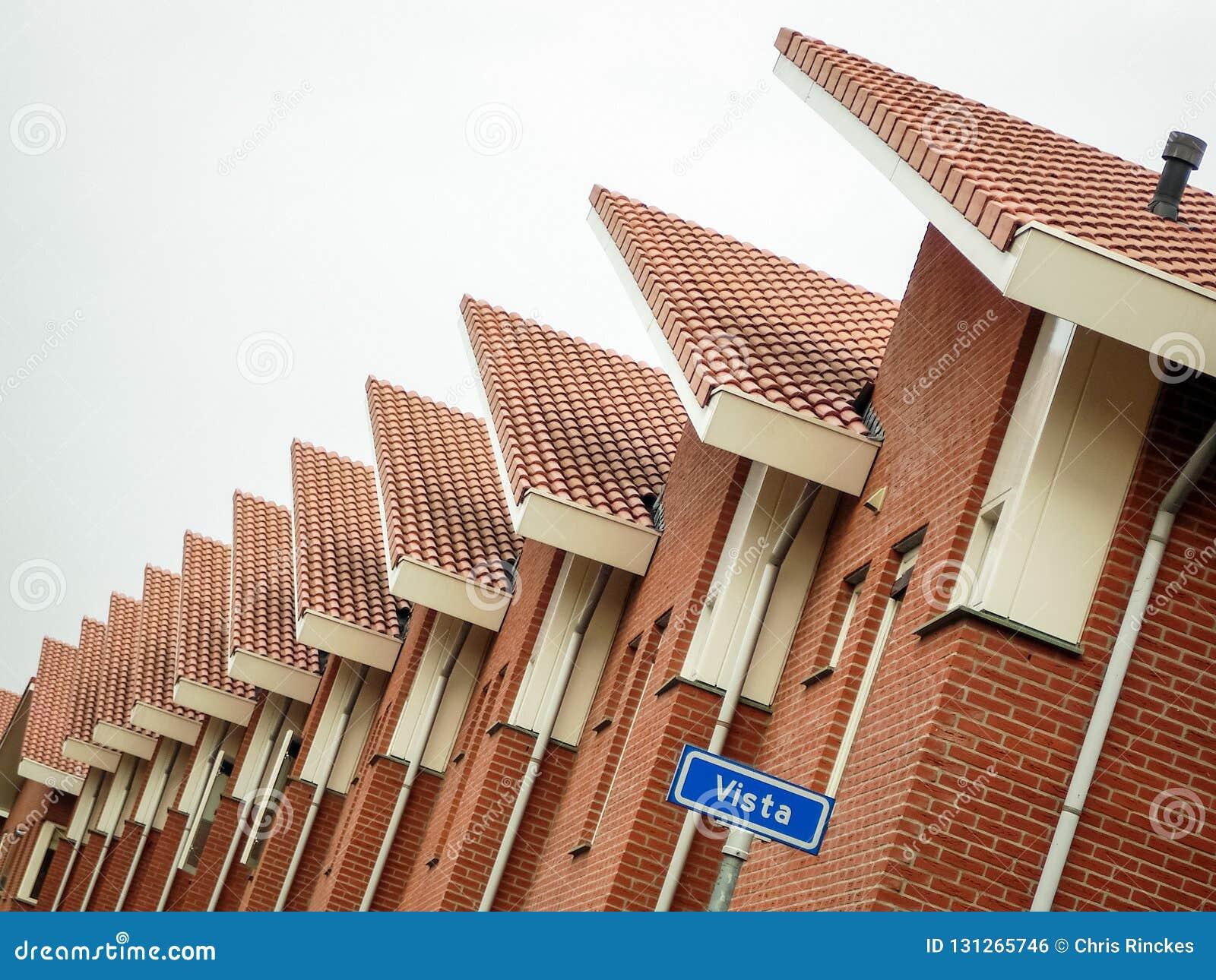 La fila di case in una via ha chiamato Vista nella città di Almelo i Paesi Bassi