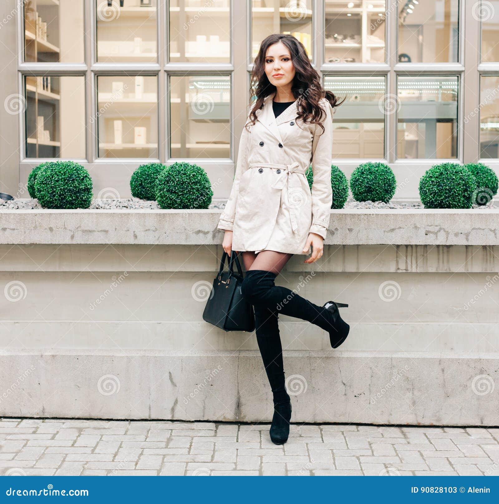 3e93d7d85aaa95 La Fille à La Mode De Brune Avec De Longs Cheveux S'est Habillée ...