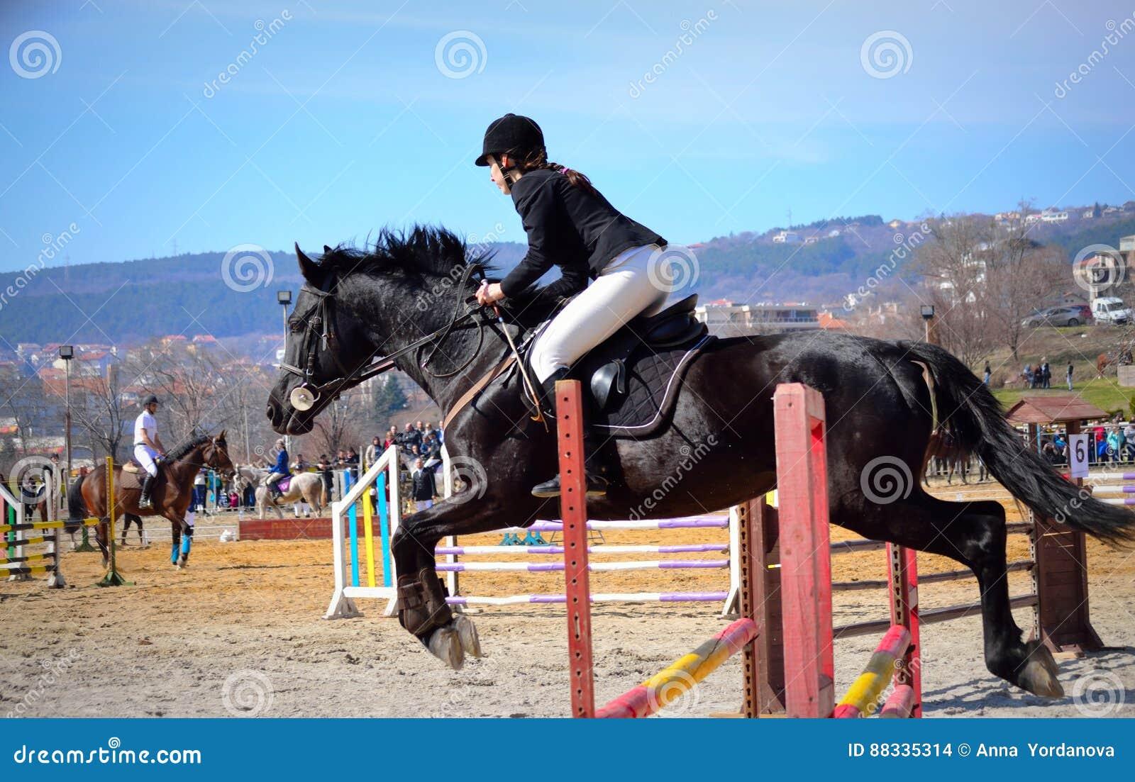 La Fille équestre Sautent Varna Bulgarie Image stock éditorial ... bfcb1e86895