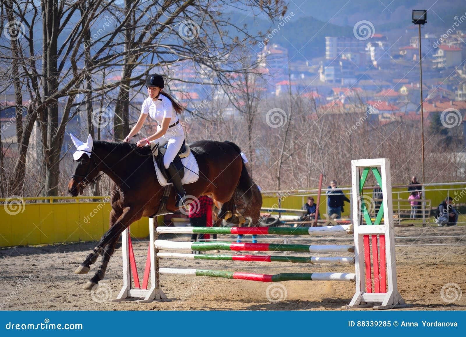 La Fille équestre Sautent Varna Bulgarie Image éditorial - Image du ... 4ce7737b0cd