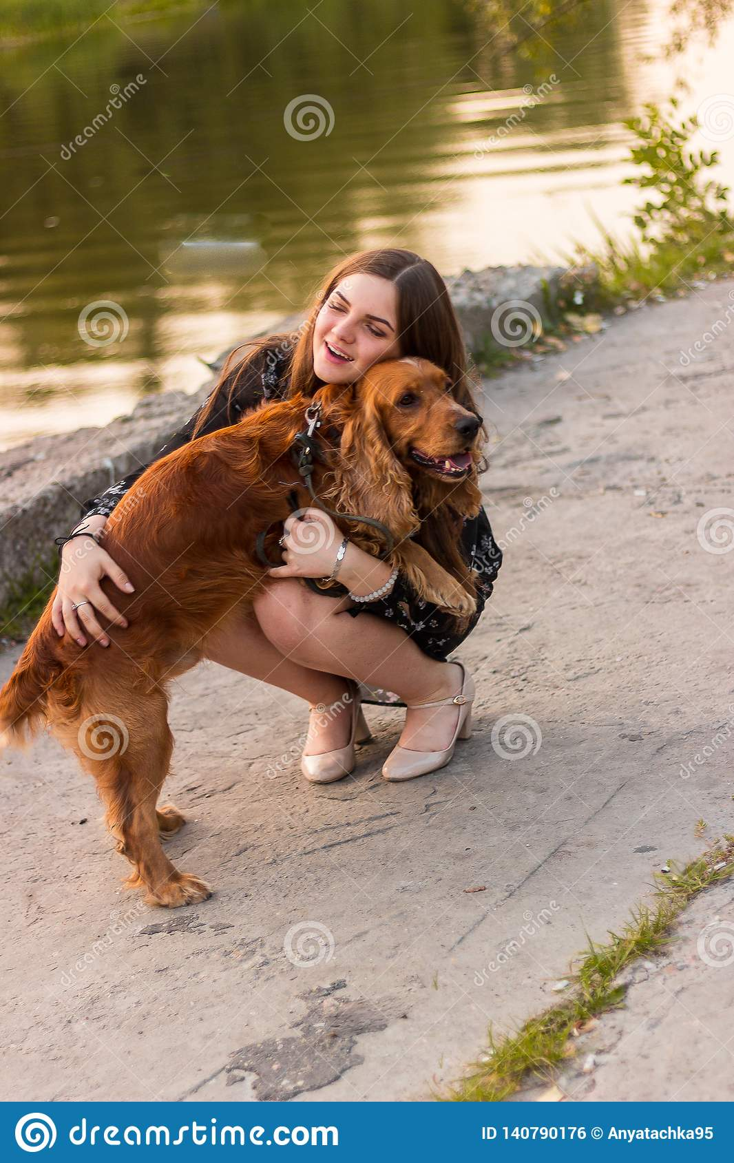 La fille étreignant la fermeture amicale de plan rapproché de chien rouge adorable mignon d animal familier de chien observe les