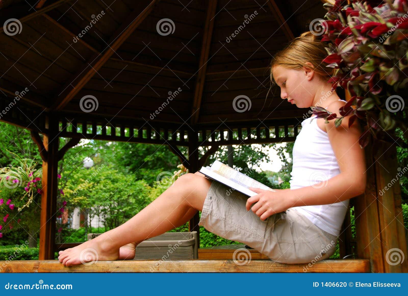 La fille a affiché le livre