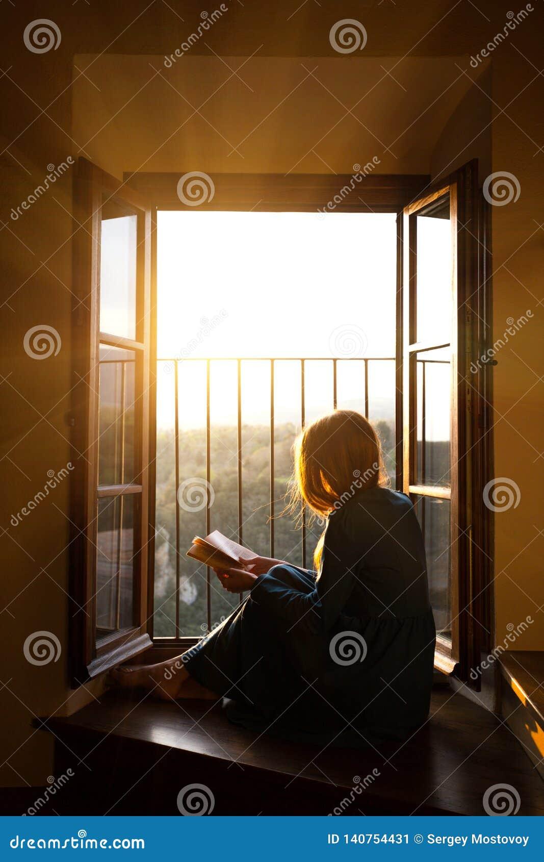 La fille affiche un livre