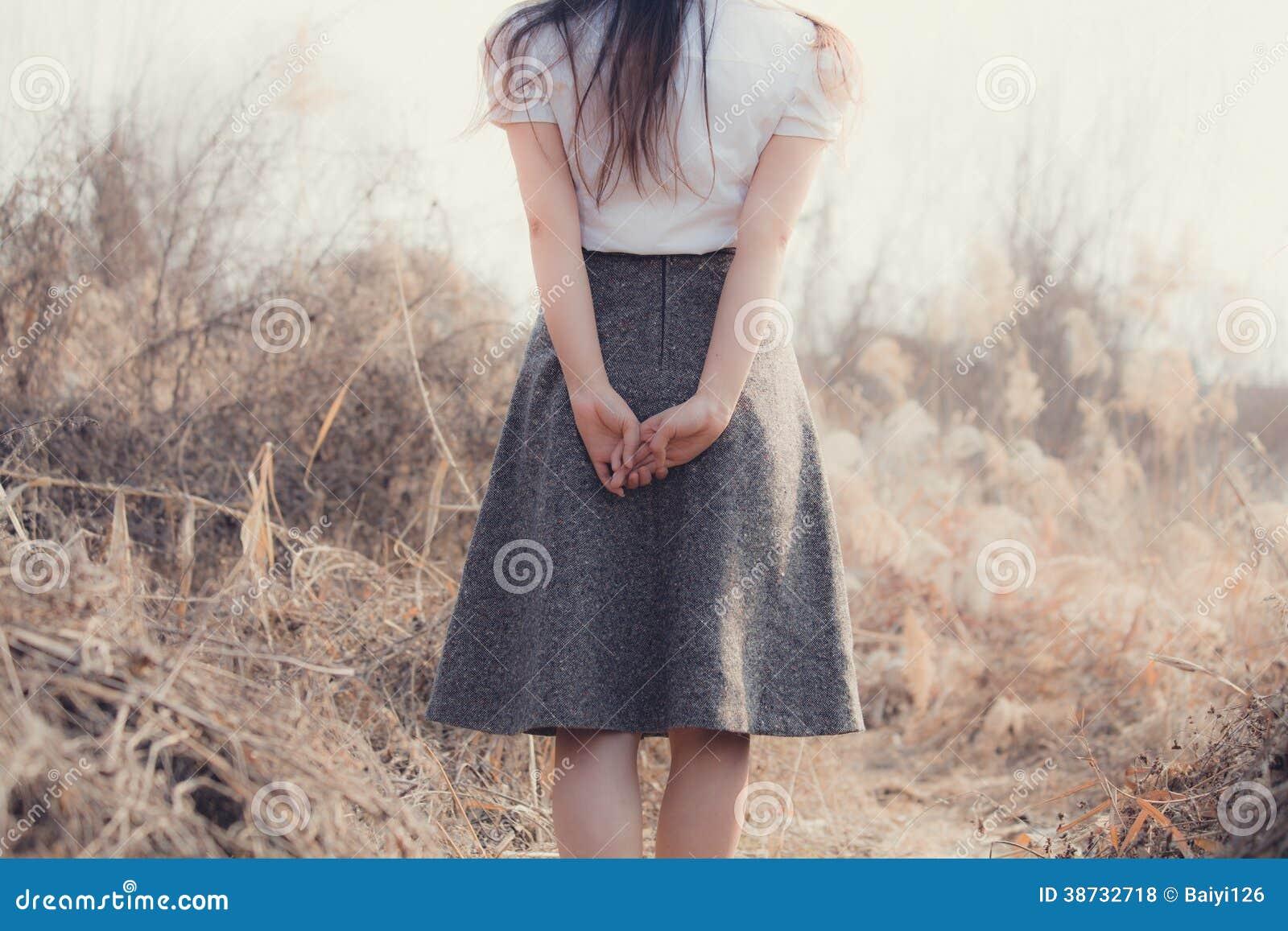 La fille avec de beaux cheveux apprécie la fraîcheur