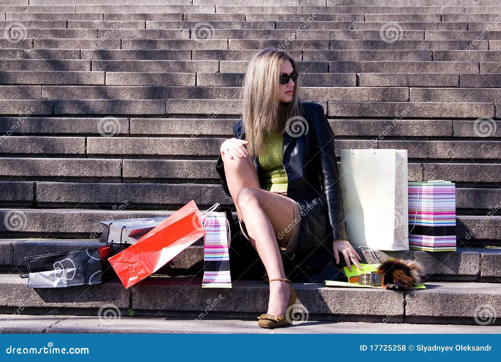 La fille avec des achats