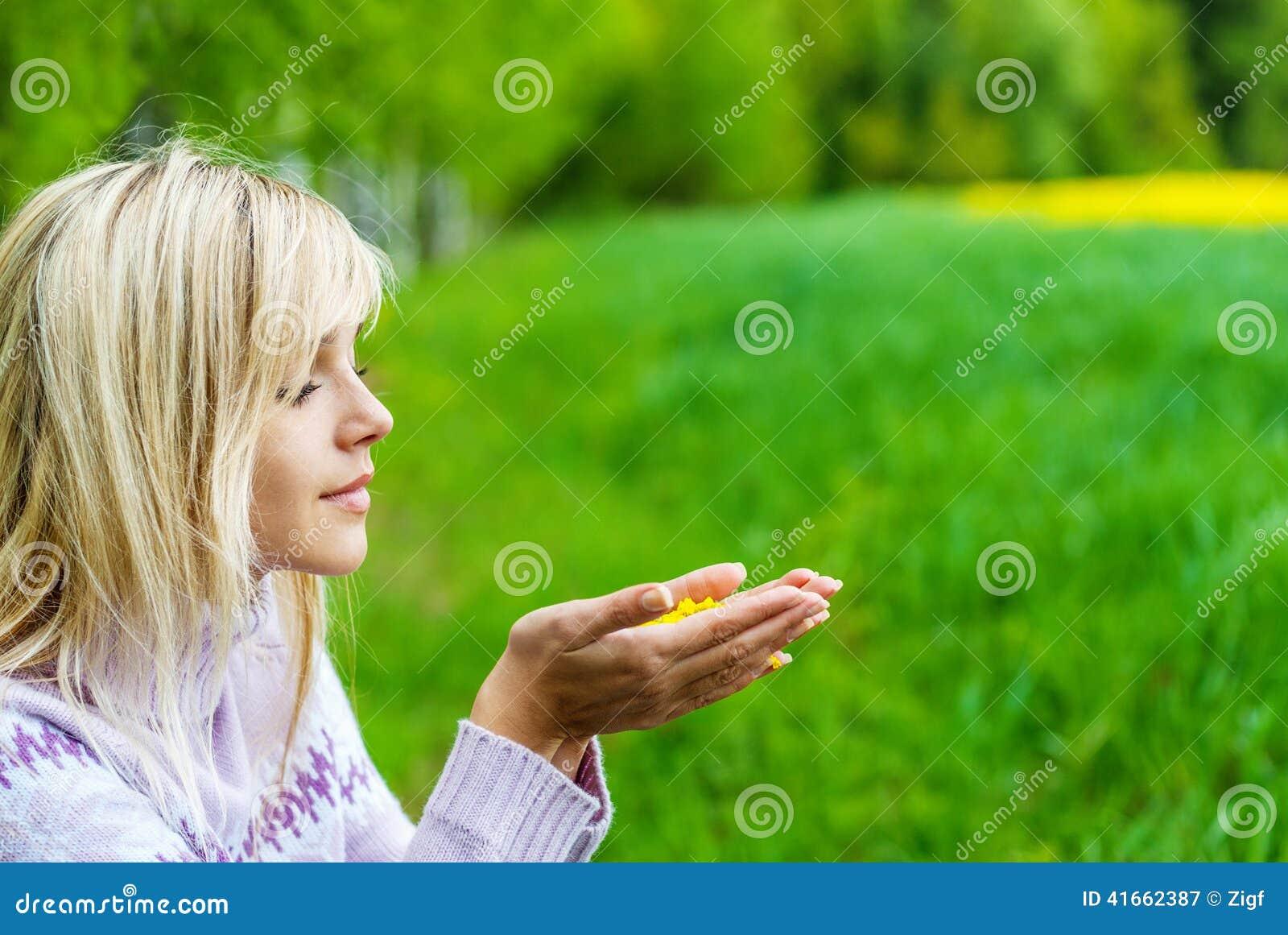 La fille avec des pétales de fleur