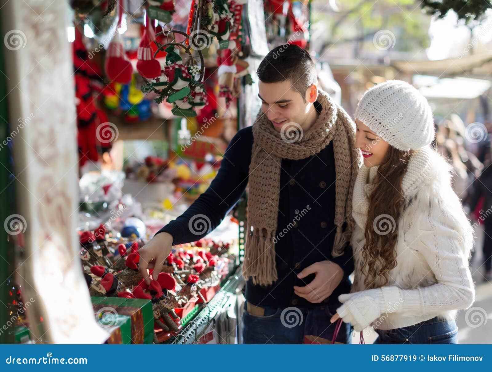 La fille avec l ami choisissant Noël catalan de tradition souven