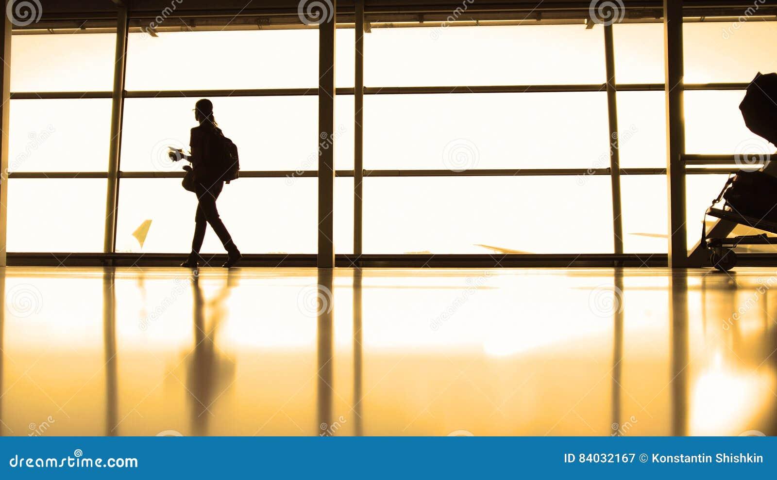 L'aéroport De Verres Les Fille Avec Entrant Dans La Sac À Dos Devant 6xwvq