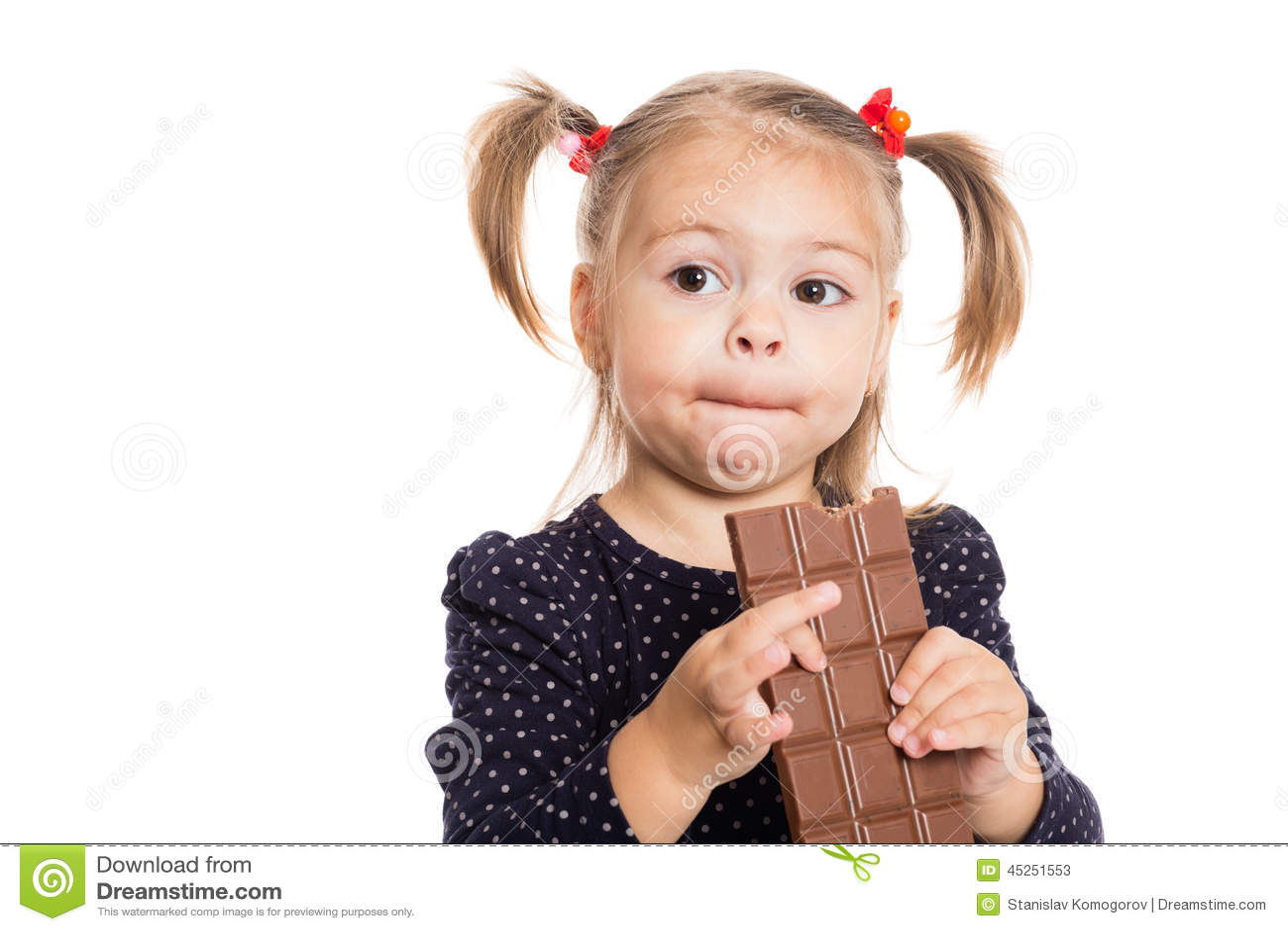 la fille avec plaisir mange du chocolat photo stock image 45251553. Black Bedroom Furniture Sets. Home Design Ideas