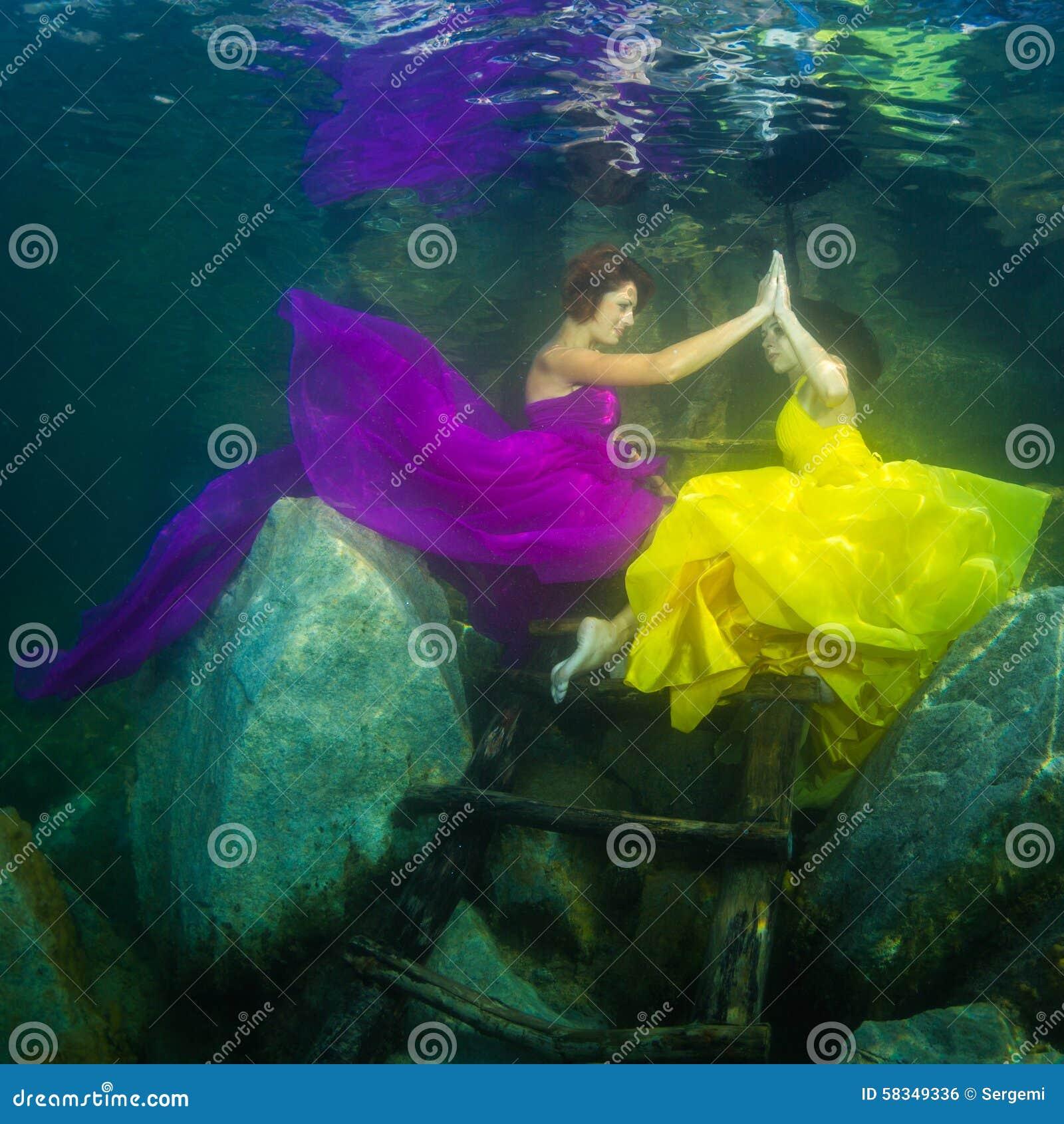 La fille avec un violon sous l eau