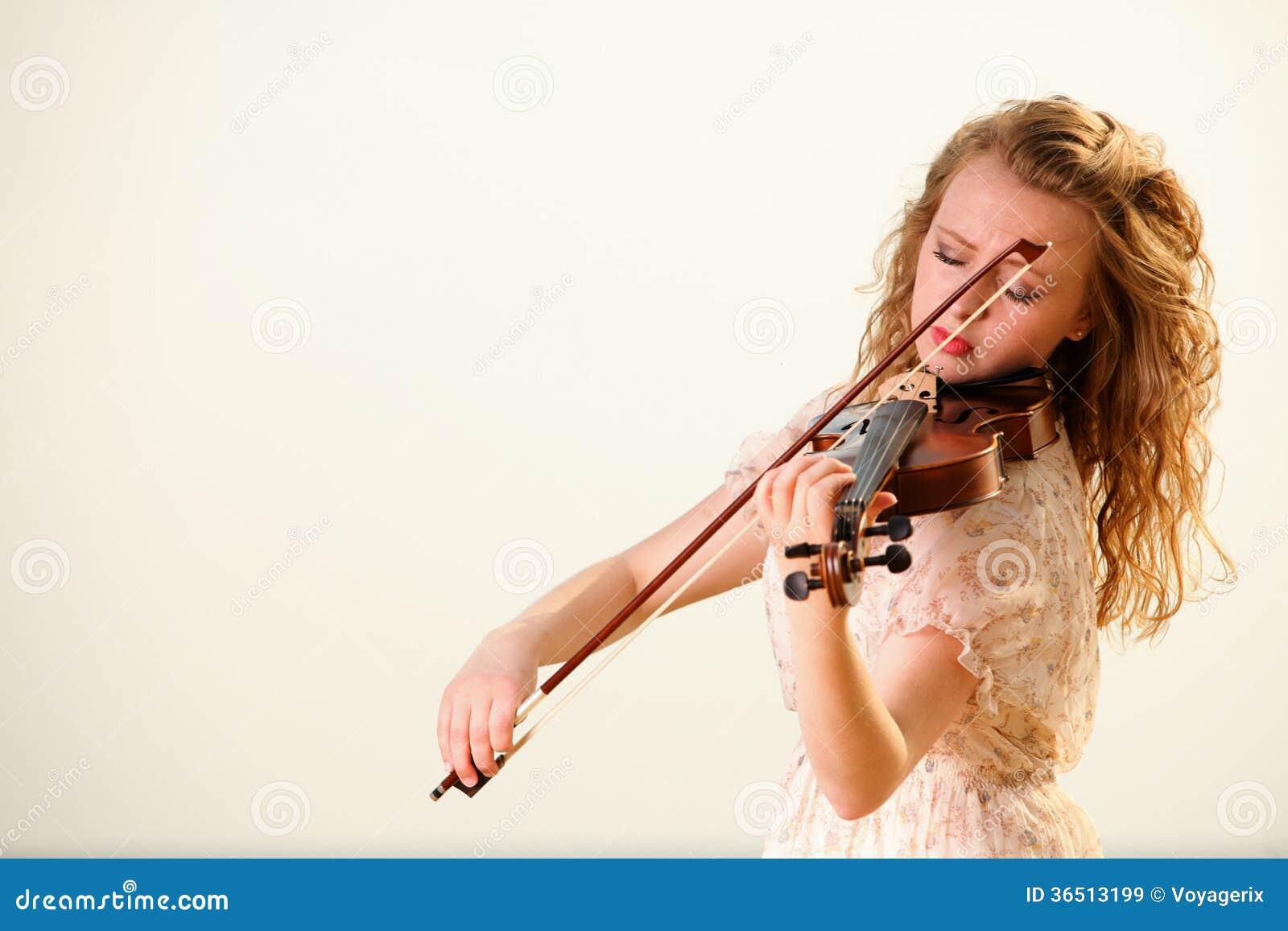 La fille blonde avec un violon extérieur