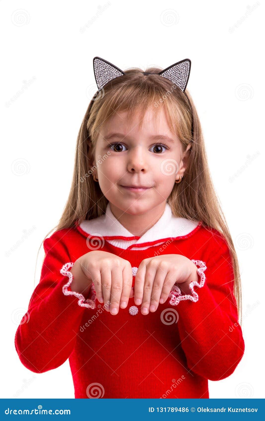 La fille blonde de sourire heureuse dans une robe rouge avec des oreilles de chat se réunissent sur le fond d isolement blanc, te