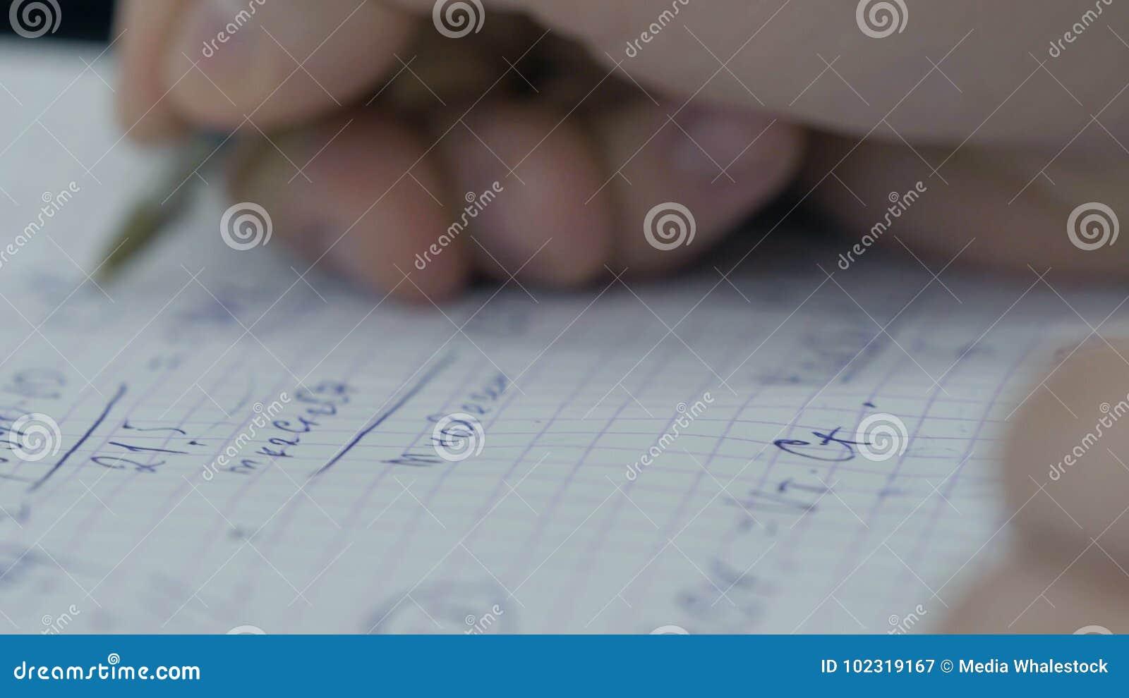 La fille considère des contrôles sur la calculatrice Remet l argent de calculatrice de femme Se tenir femelle d employés de burea