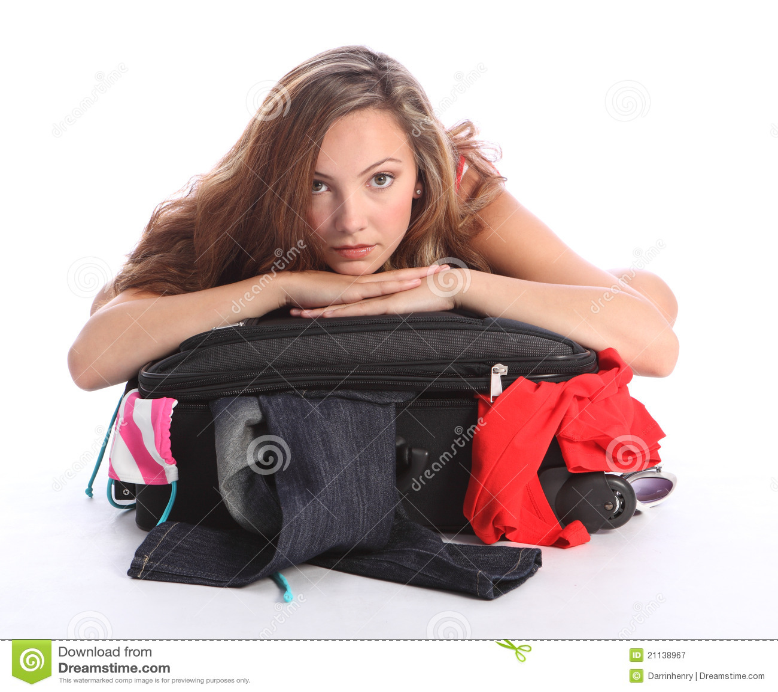 La fille d école d adolescent a alimenté le cas vers le haut de emballage de vacances