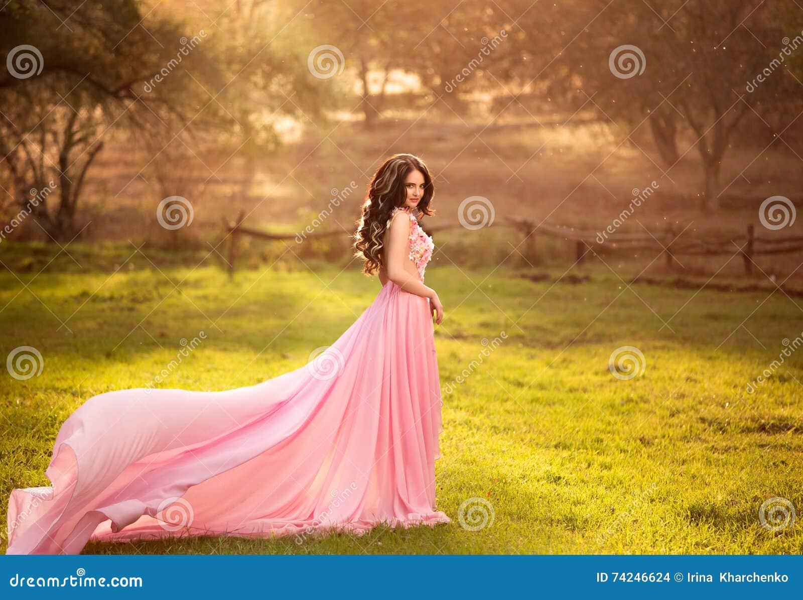 La fille dans la robe rose transparente