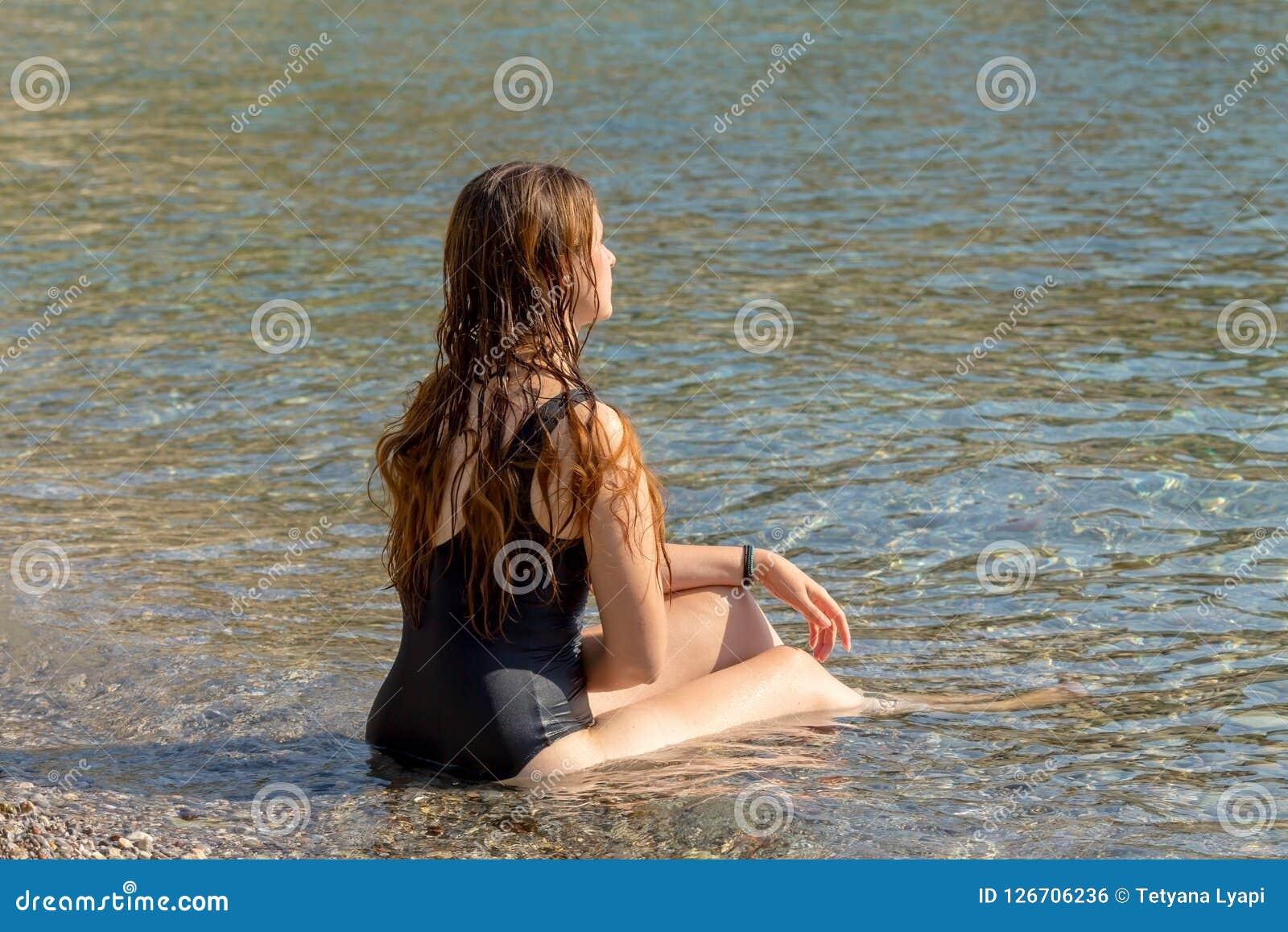 La fille dans un maillot de bain noir