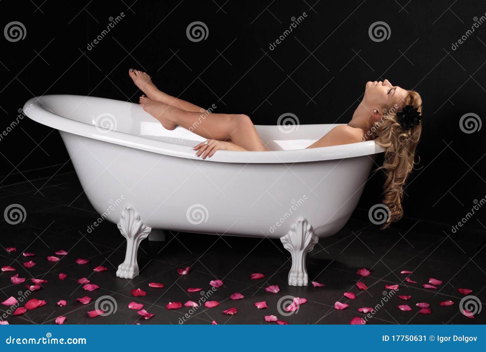 La fille dans une salle de bains image stock image 17750631 for Comfemme nue dans la salle de bain