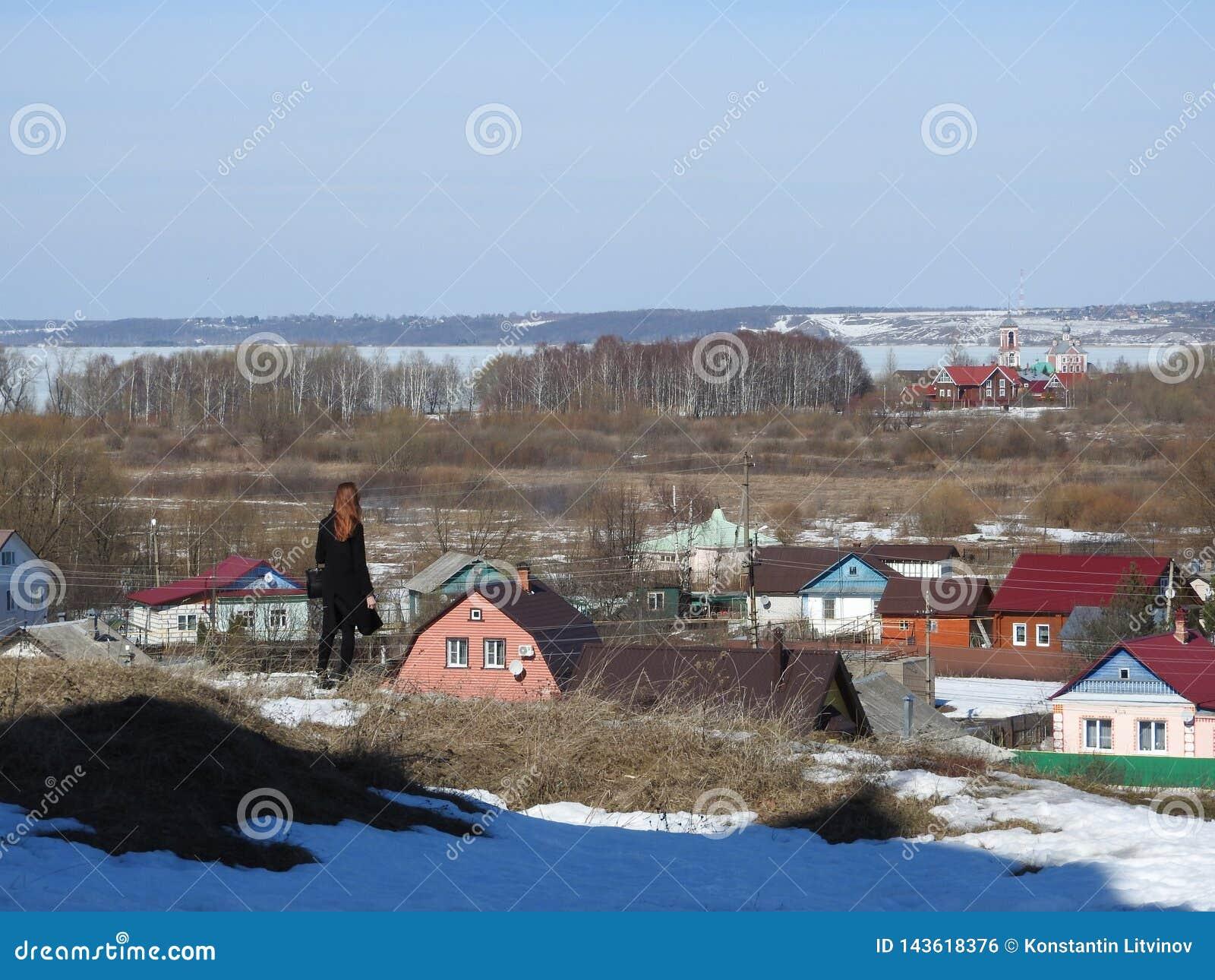 La fille de brune de voyageur regarde l horizon de la ville pendant la journée, Russie