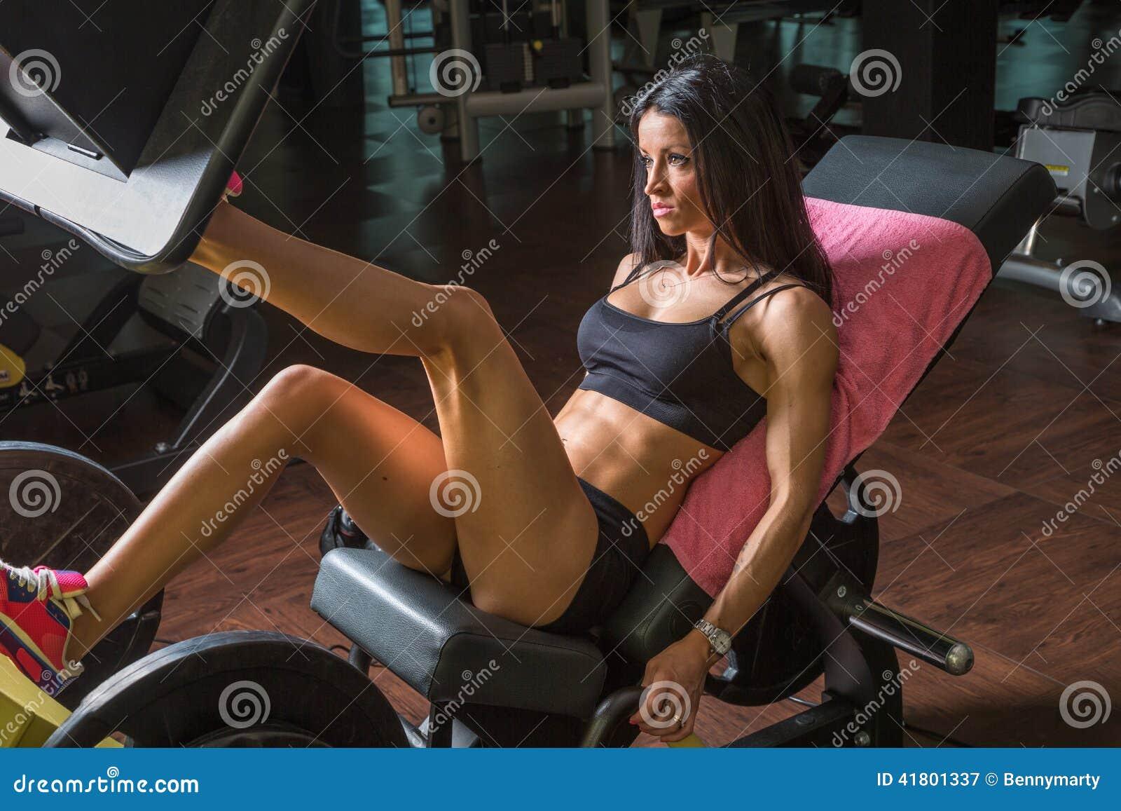 La fille de forme physique forme son pompage de jambes