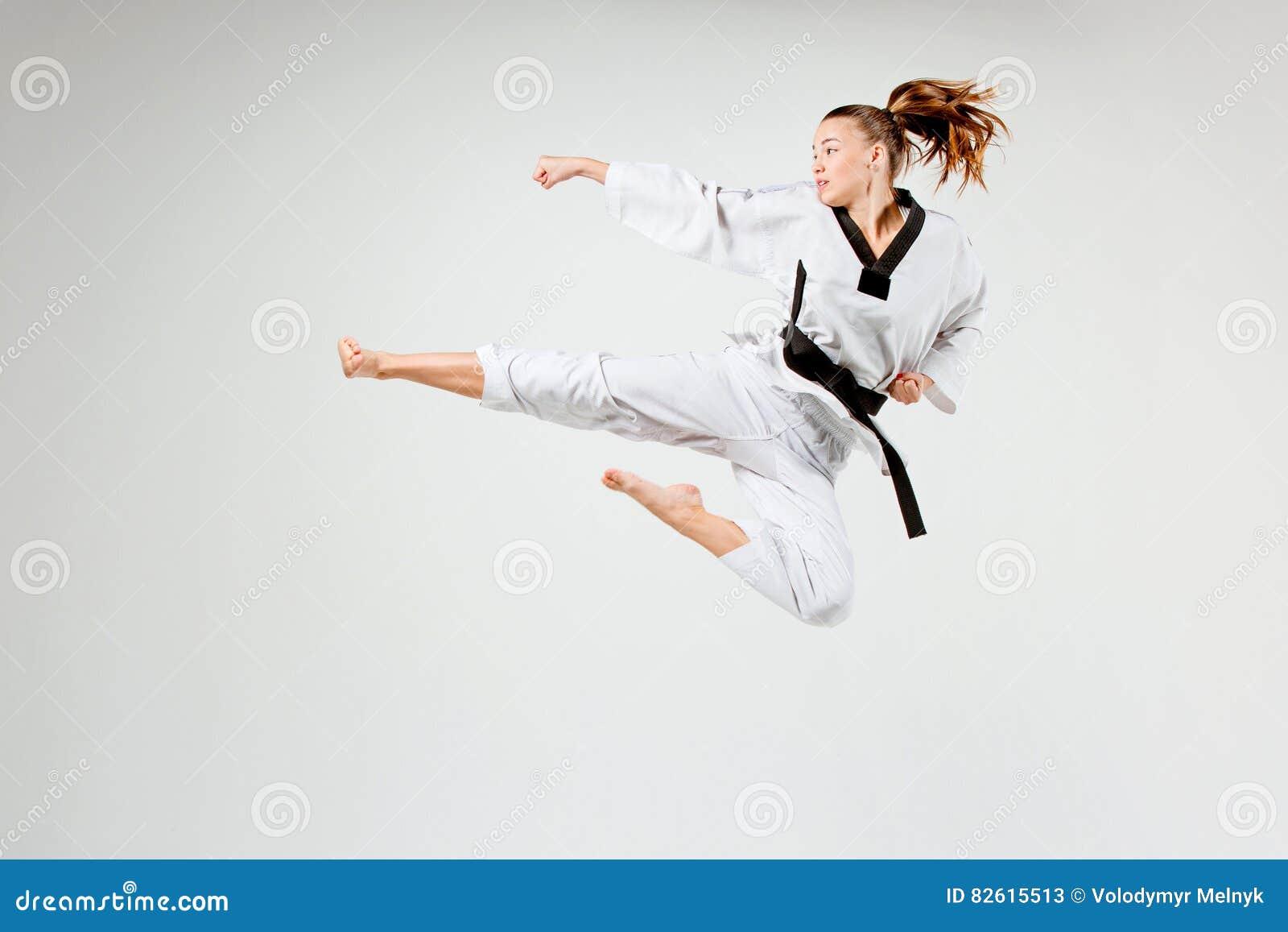 La fille de karaté avec la ceinture noire