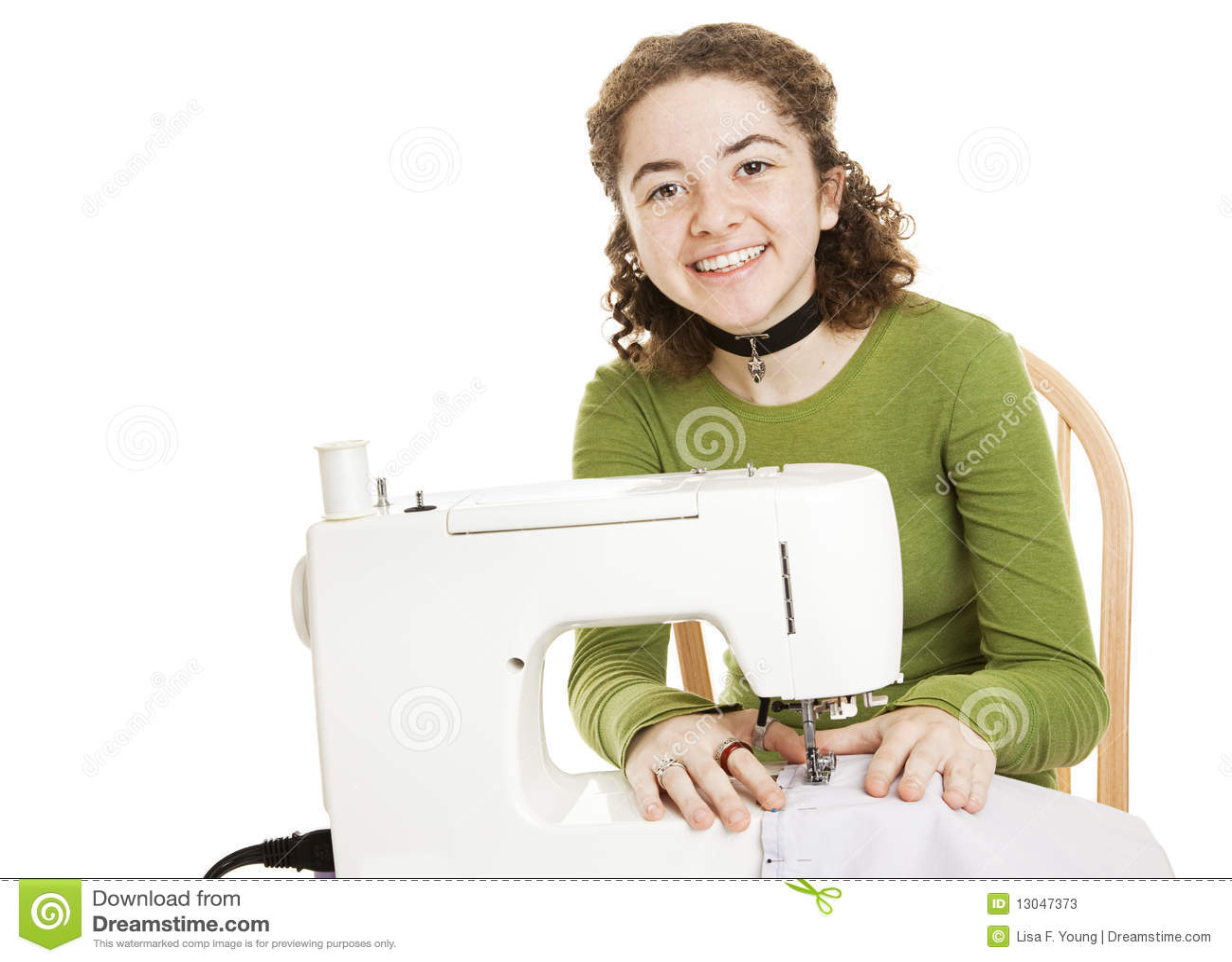 La fille de l adolescence a plaisir la couture