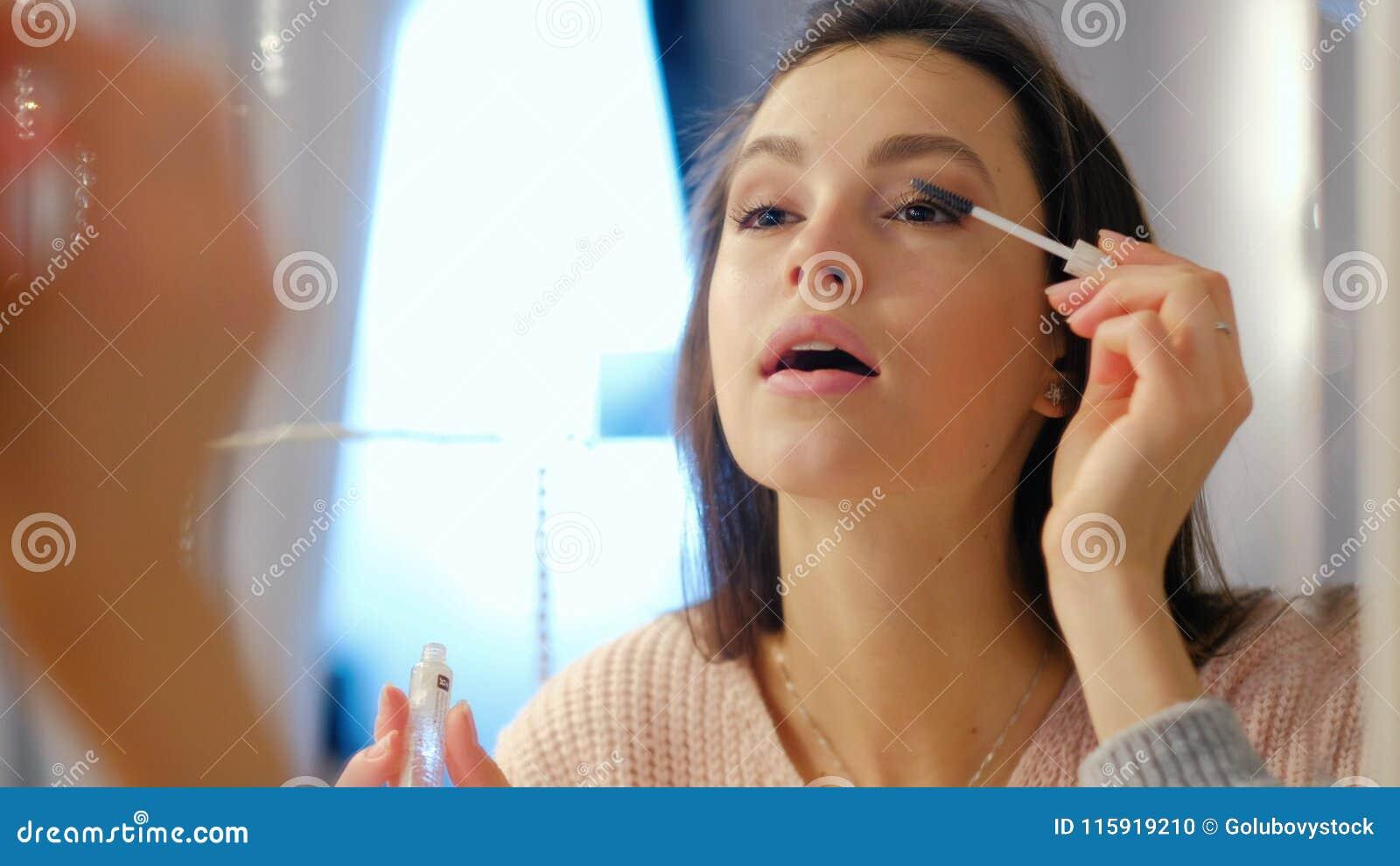 La fille de mode de vie de charme de maquillage de beauté appliquent le mascara