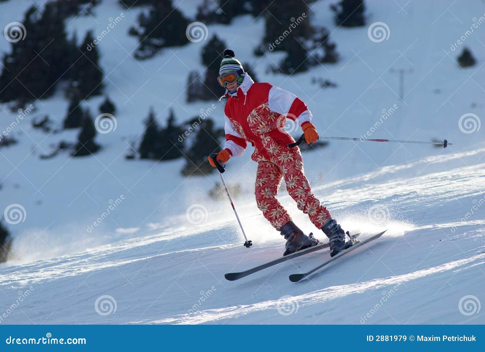 La fille de ski allument la pente