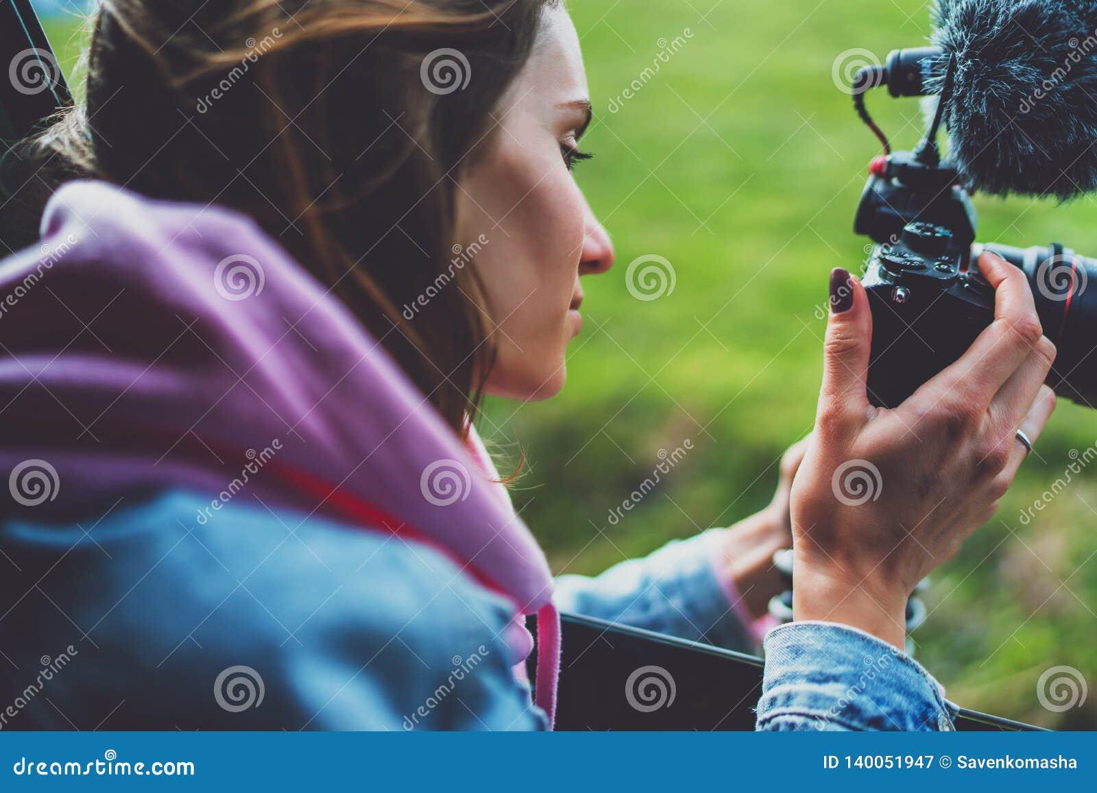 La fille de touristes de sourire dans une fenêtre ouverte d une voiture automatique prenant la photographie cliquent sur sur la c