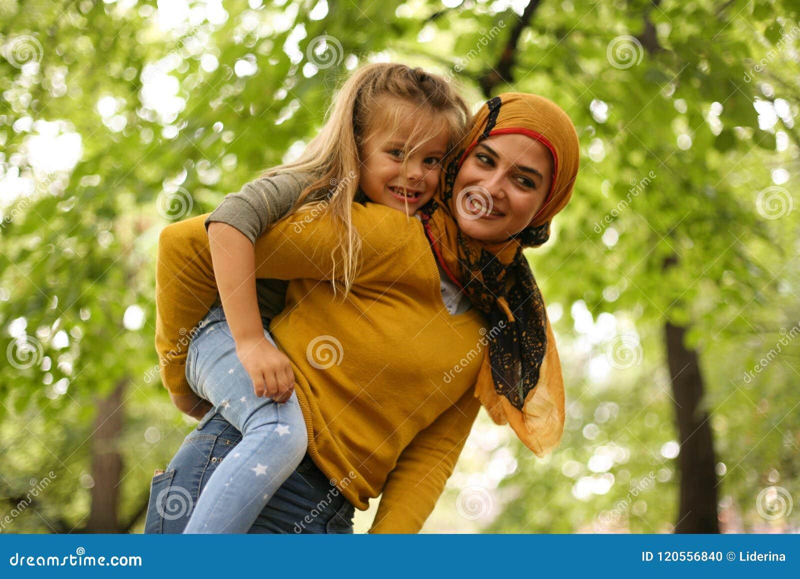 La fille de transport de mère ferroutent dessus musulmans