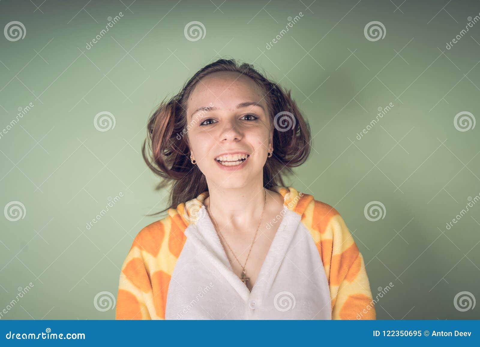 La fille a des problèmes de cheveux Femme adolescente ayant le problème avec les cheveux ébouriffés embrouillés Concept de problè