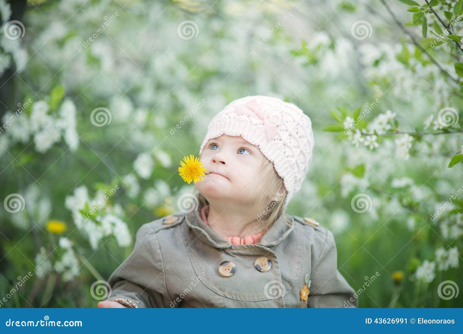 La Fille Drôle Avec La Trisomie 21 Dans La Bouche Tire Des ...