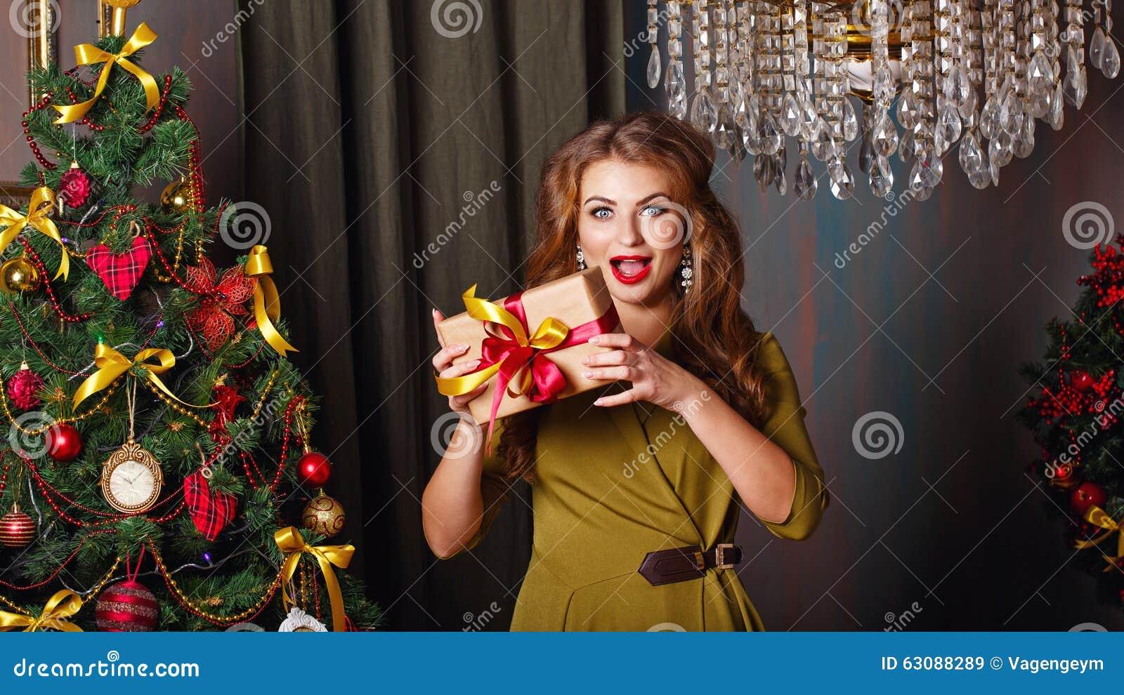Download La Fille Est Heureuse Le Présent Noël Ma Version De Vecteur D'arbre De Portefeuille Image stock - Image du long, joyeux: 63088289