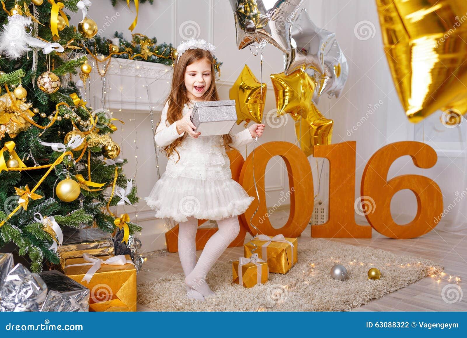 Download La Fille Est Les Cadeaux Heureux Pendant La Nouvelle Année 2016 Photo stock - Image du preschooler, neuf: 63088322
