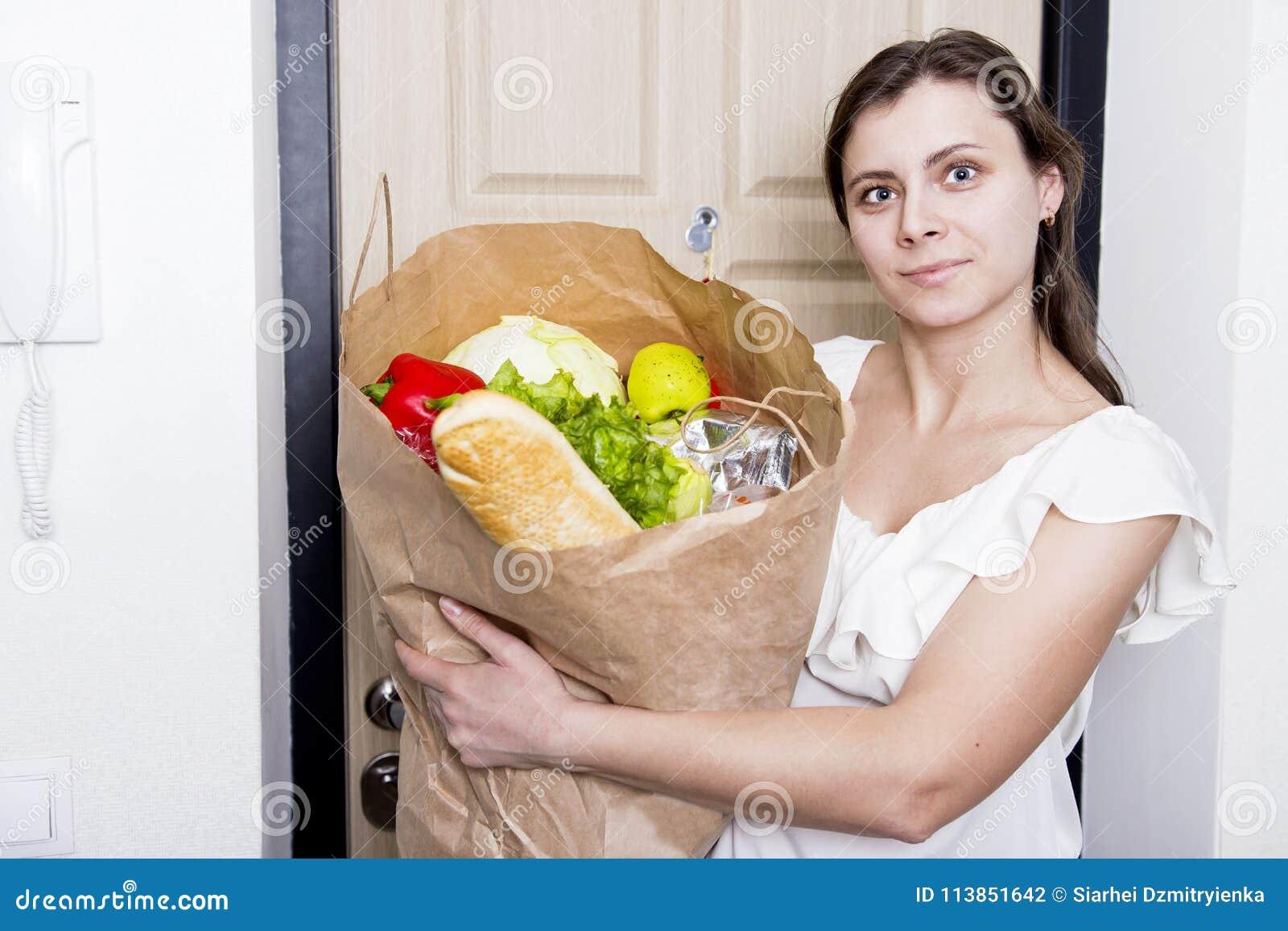 La fille est venue à la maison avec le paquet de la nourriture jeune femme amenée à la maison des légumes d épicerie Achat des pr