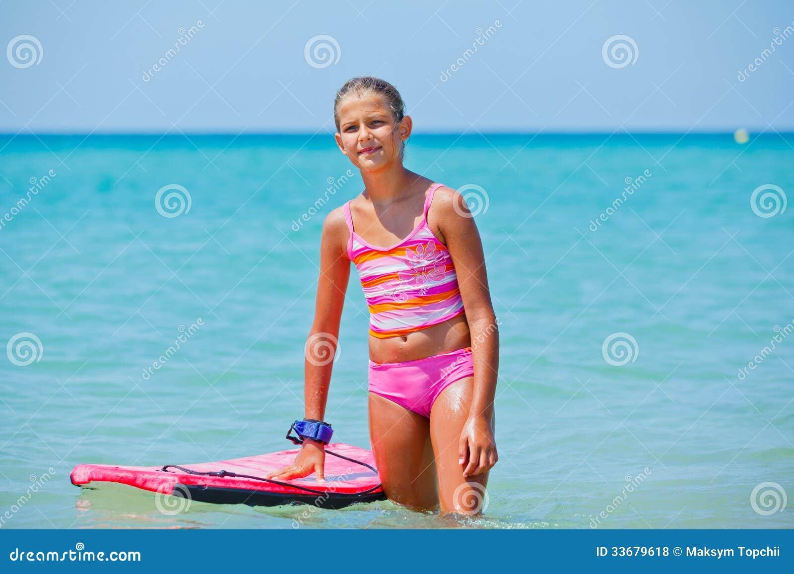 La fille a l amusement avec la planche de surf