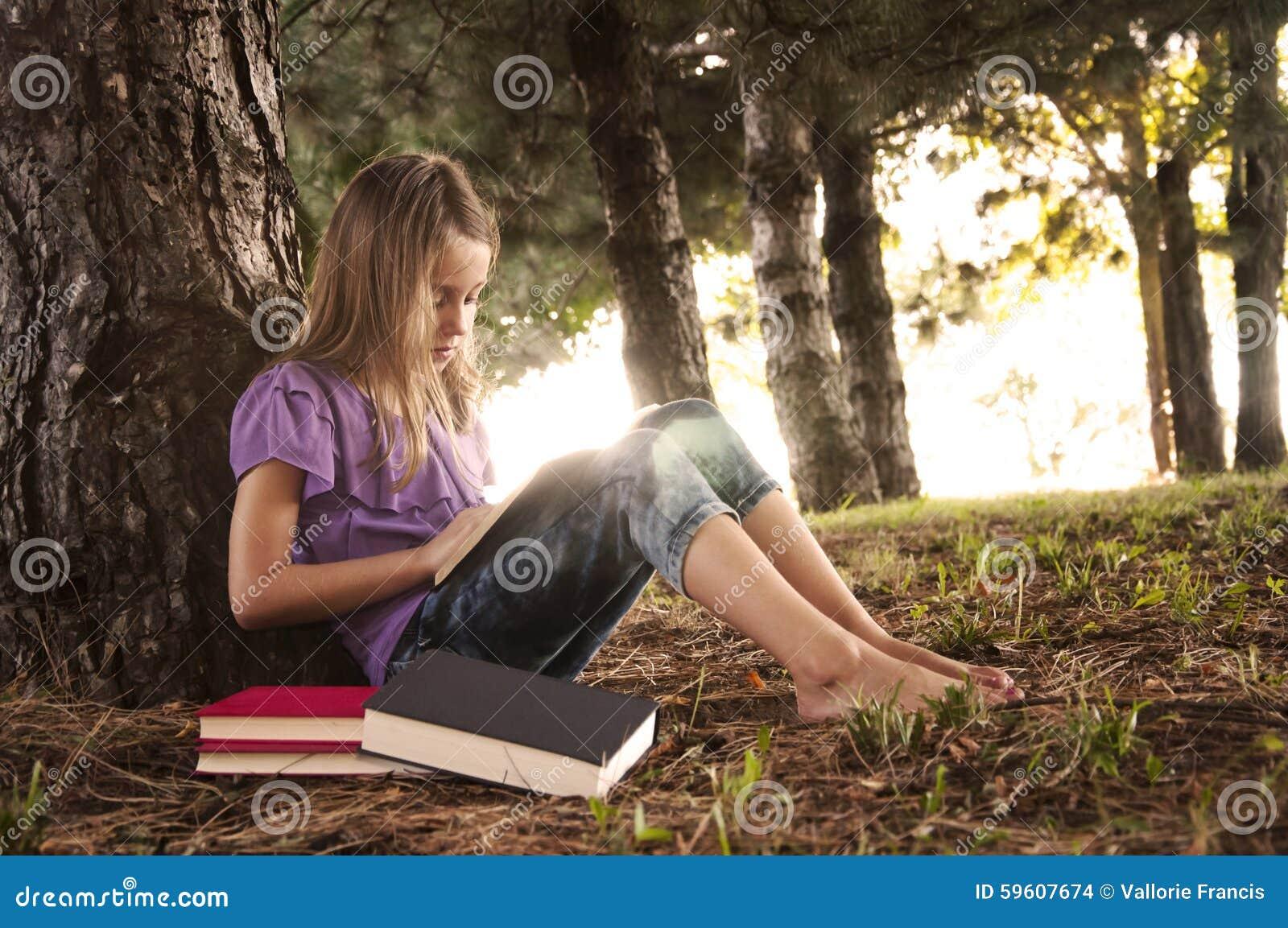 Fille sous un arbre