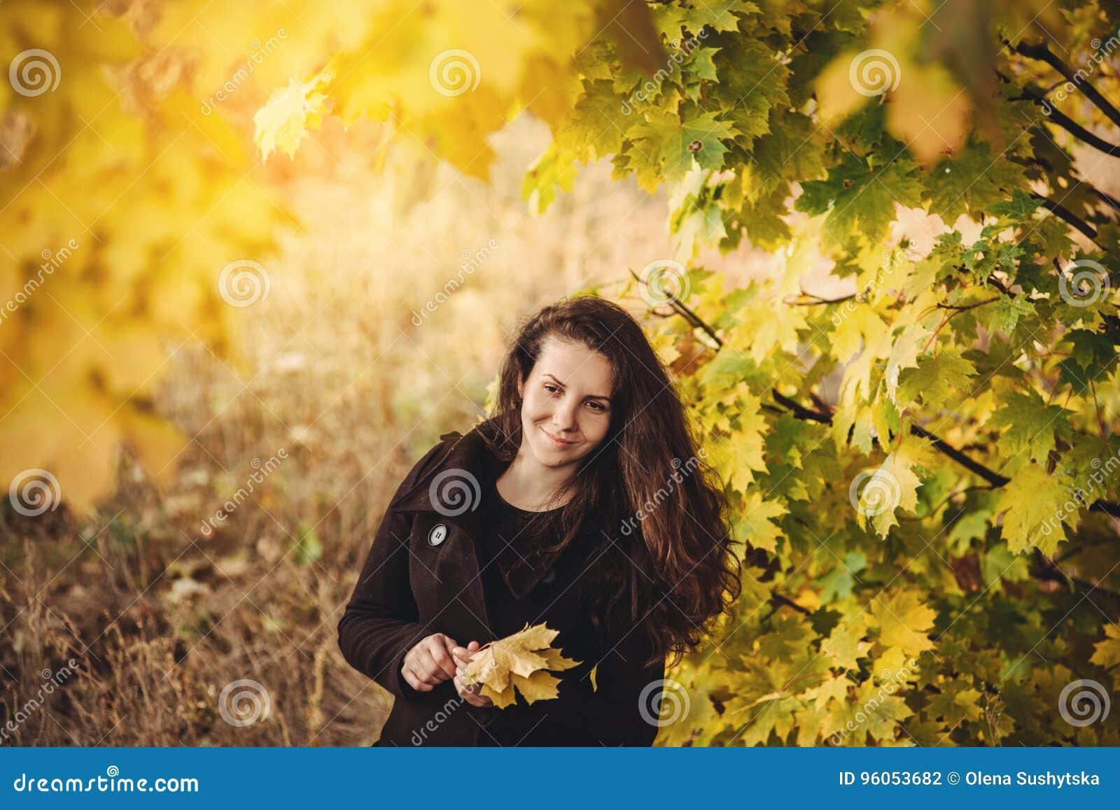 La fille marche en beau parc d automne