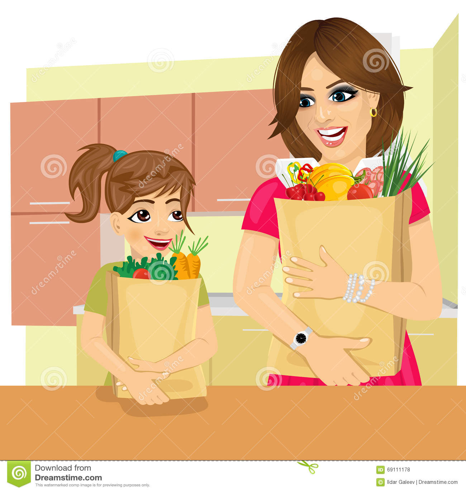 La fille mignonne aide sa mère à porter des sacs en papier d épiceries dans la cuisine