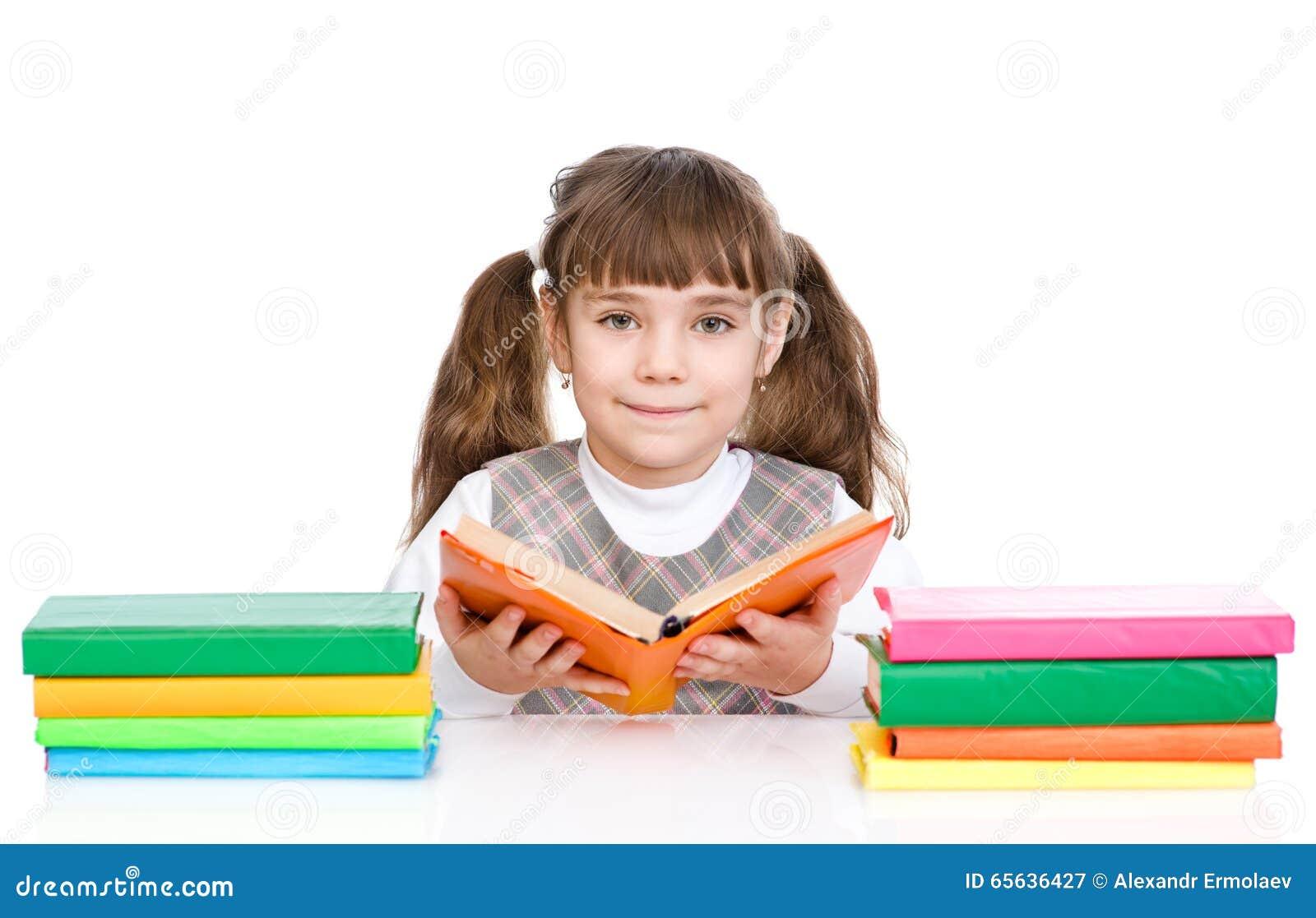 La fille mignonne a lu le livre D isolement sur le fond blanc