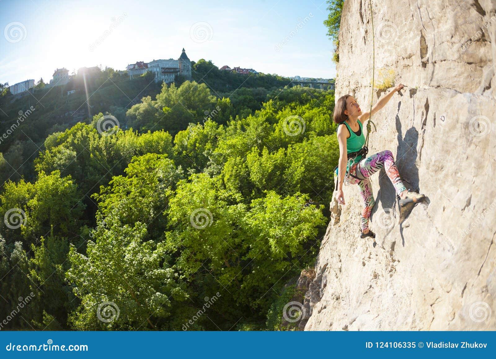 La fille monte la roche