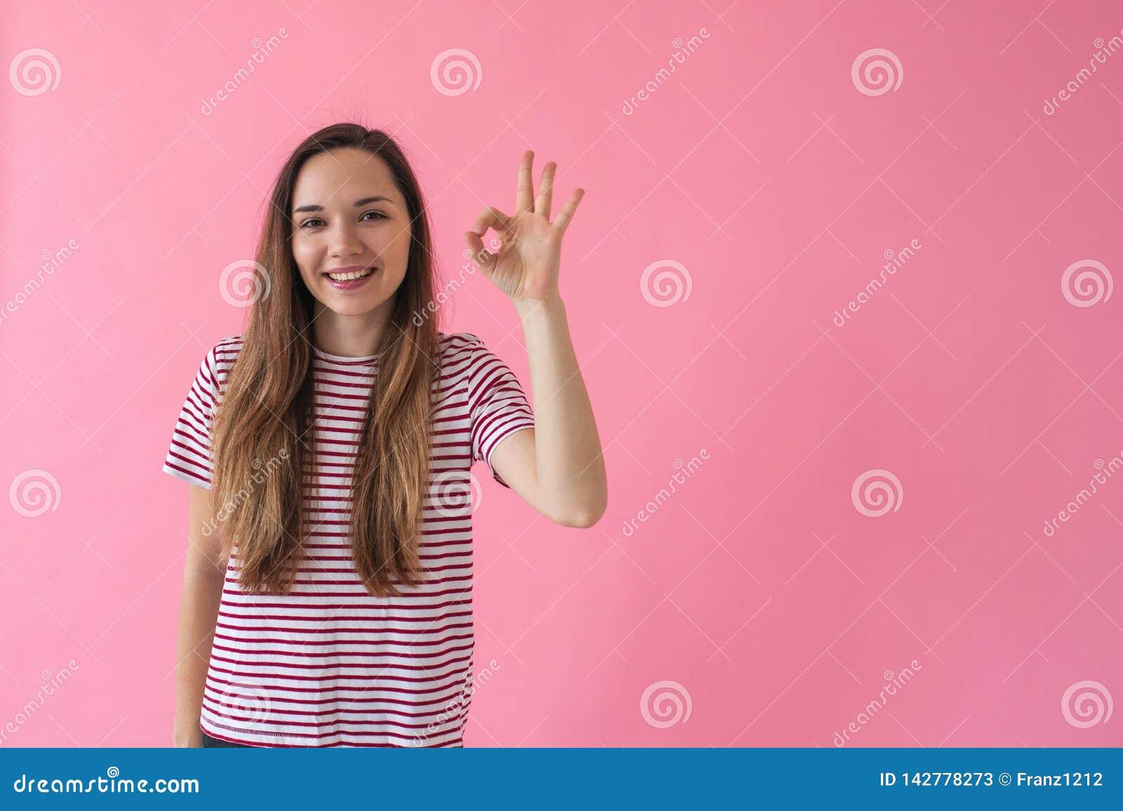 La fille montre l ok de signe